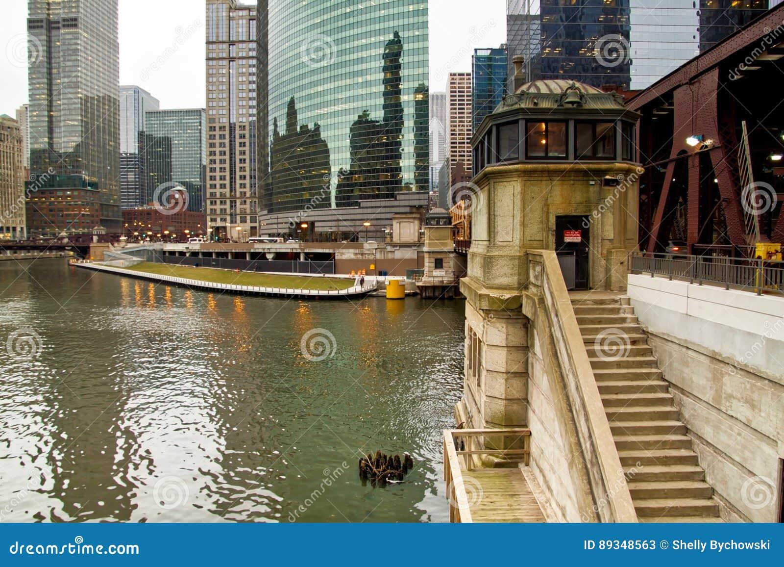 Casa de puente de Chicago a lo largo del riverwalk