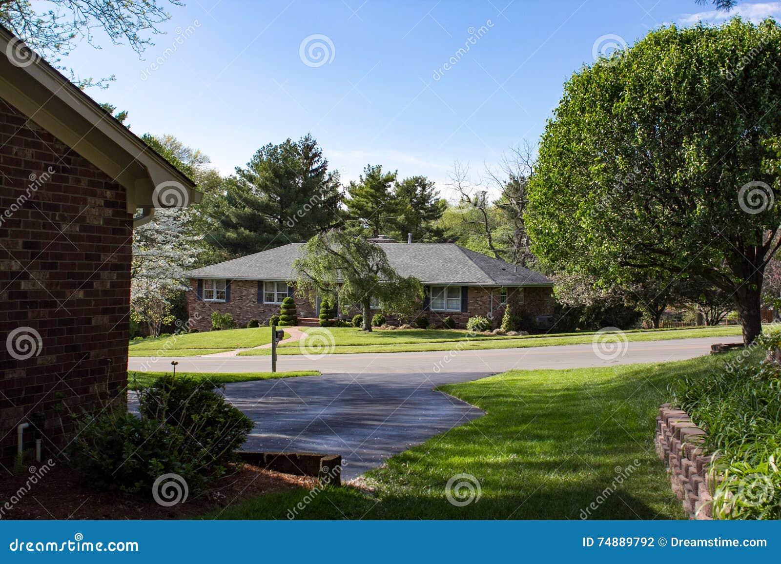 Casa de Surburban na vizinhança quieta
