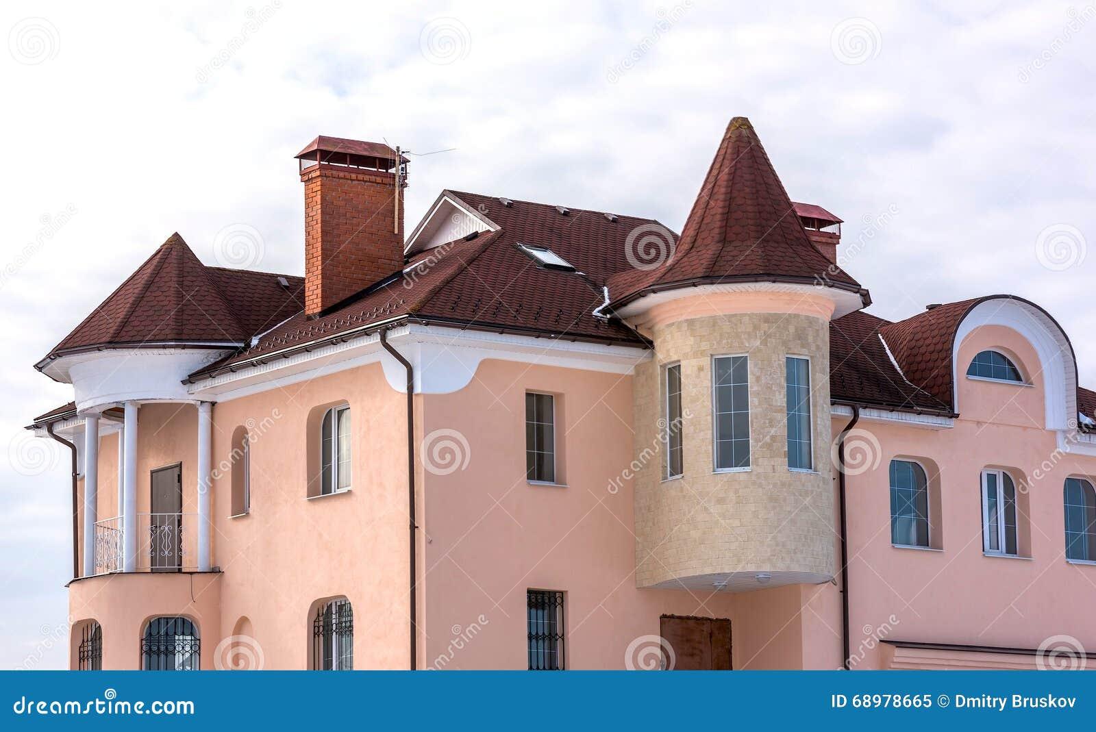 Casa del aguilón con un tejado