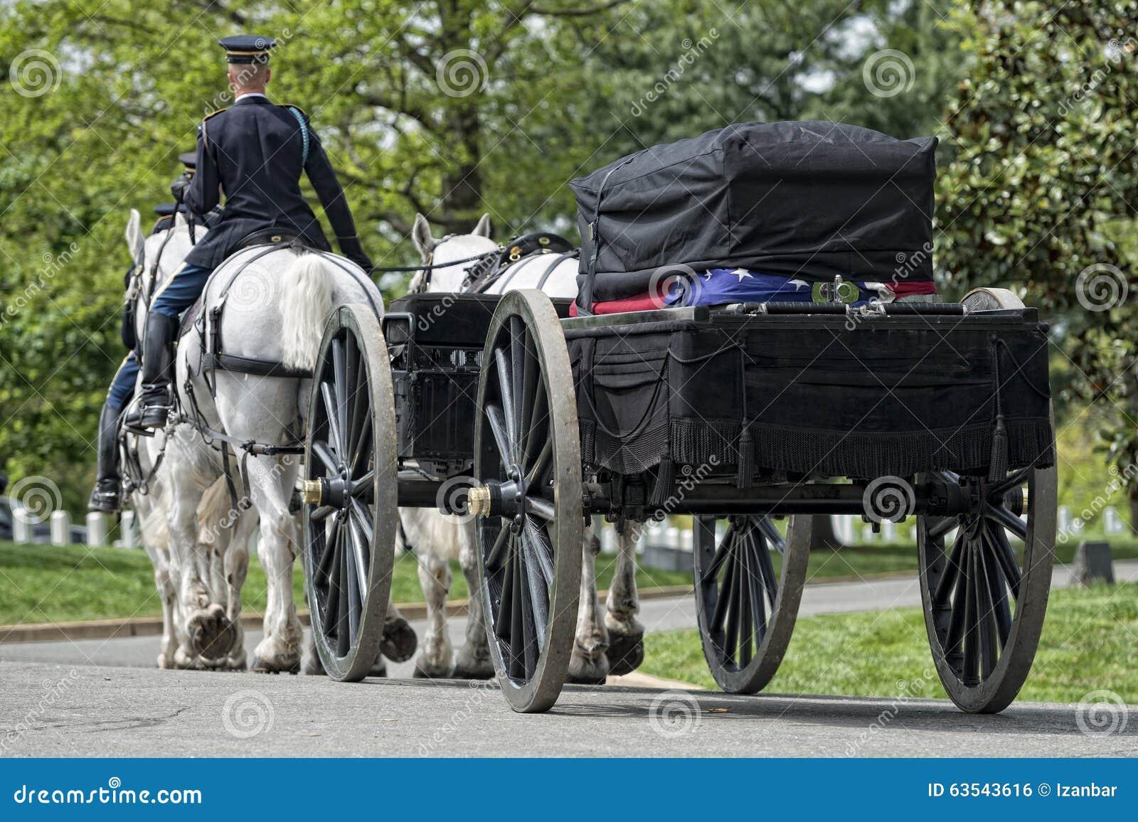 Casa del blanco de la C C , los E.E.U.U. - MAYO, 2 2014 - entierro marino del Ejército de los EE. UU. en el cementerio de Arlingt