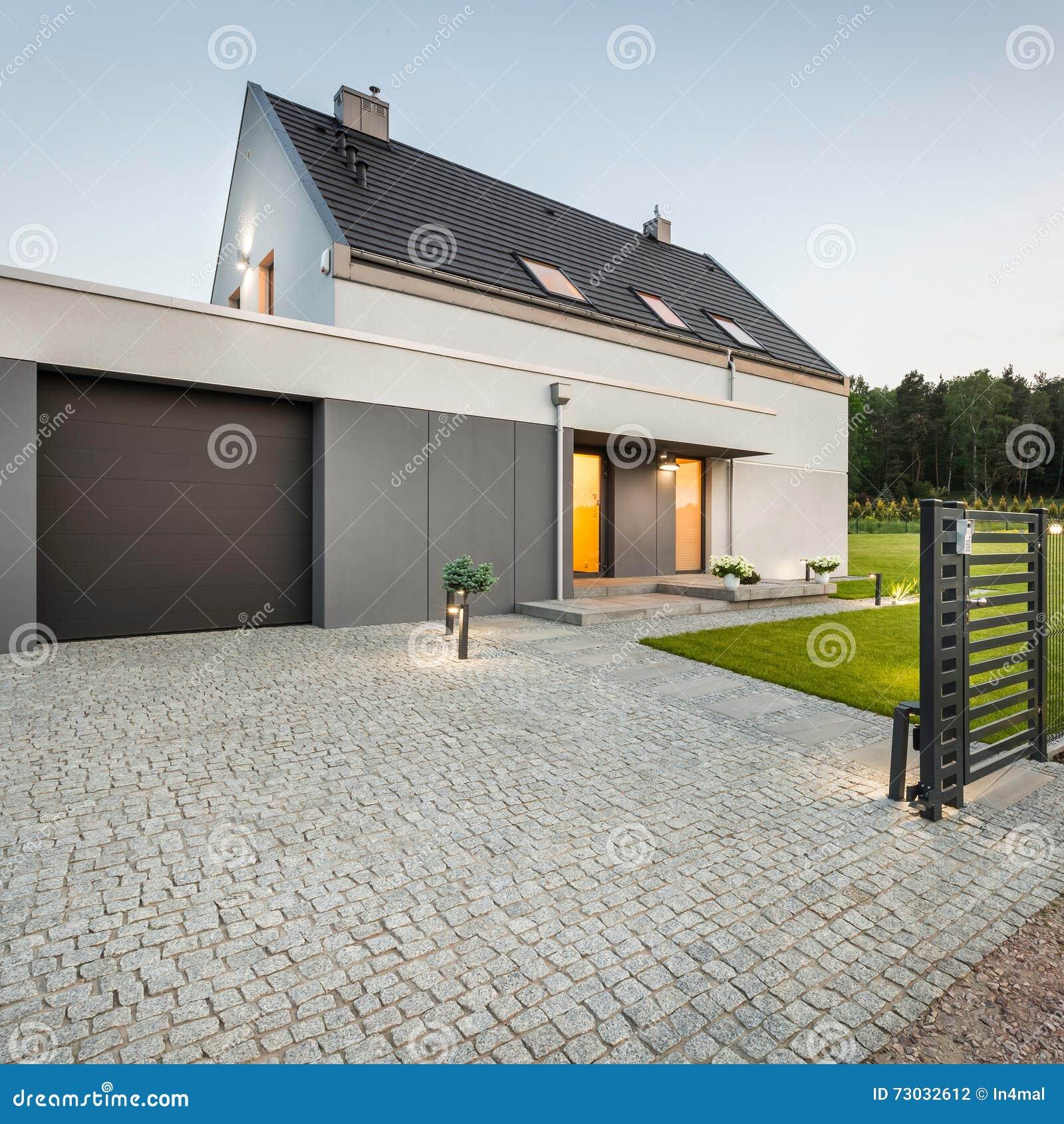 Casa del diseño con la calzada de piedra