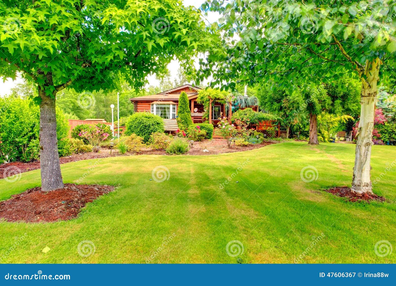 Casa del estilo de la caba a de madera exterior con for Estilos de jardines para casas