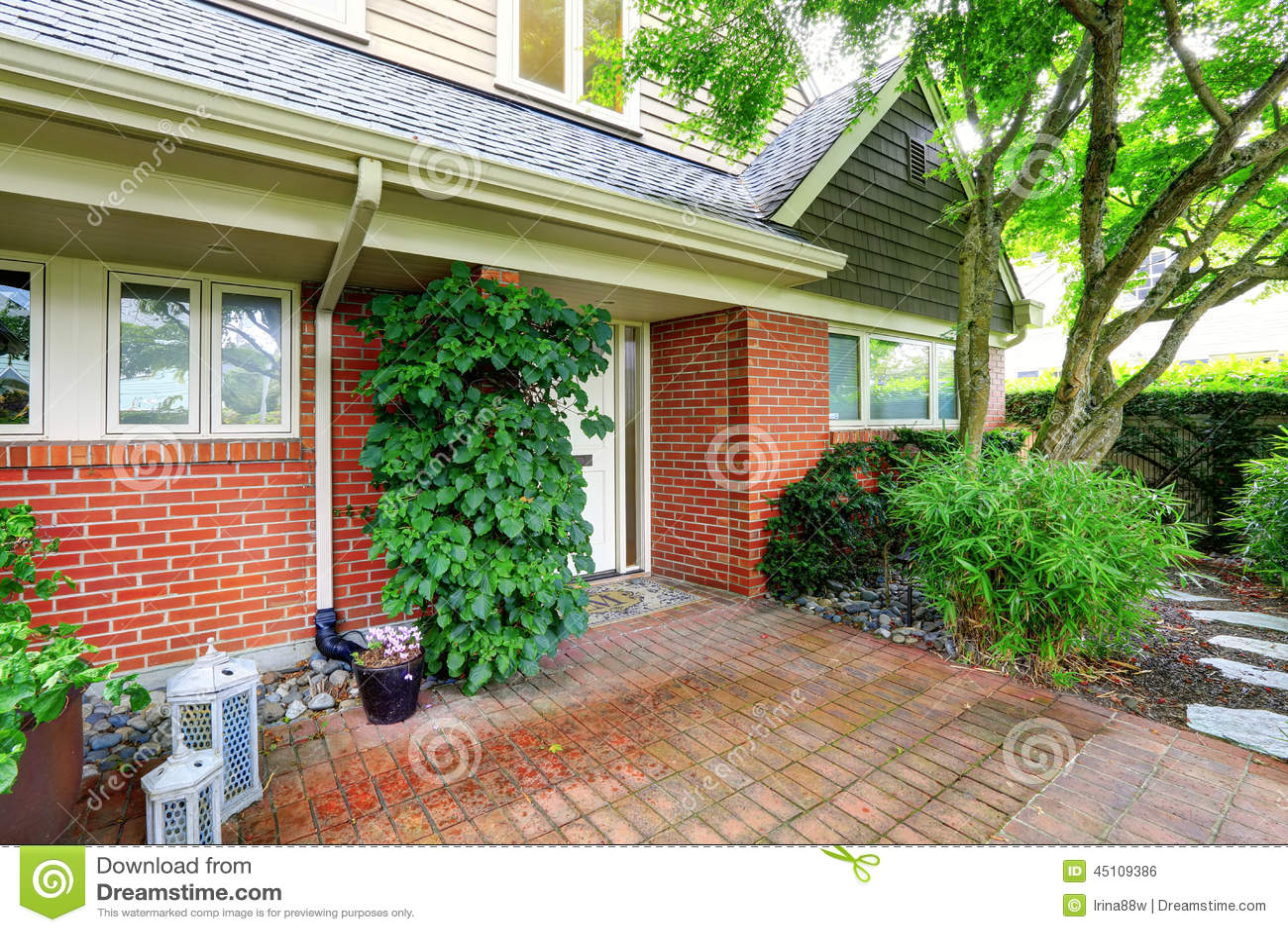 Casa del ladrillo exterior con el jard n del suelo de - Suelos jardin exterior ...