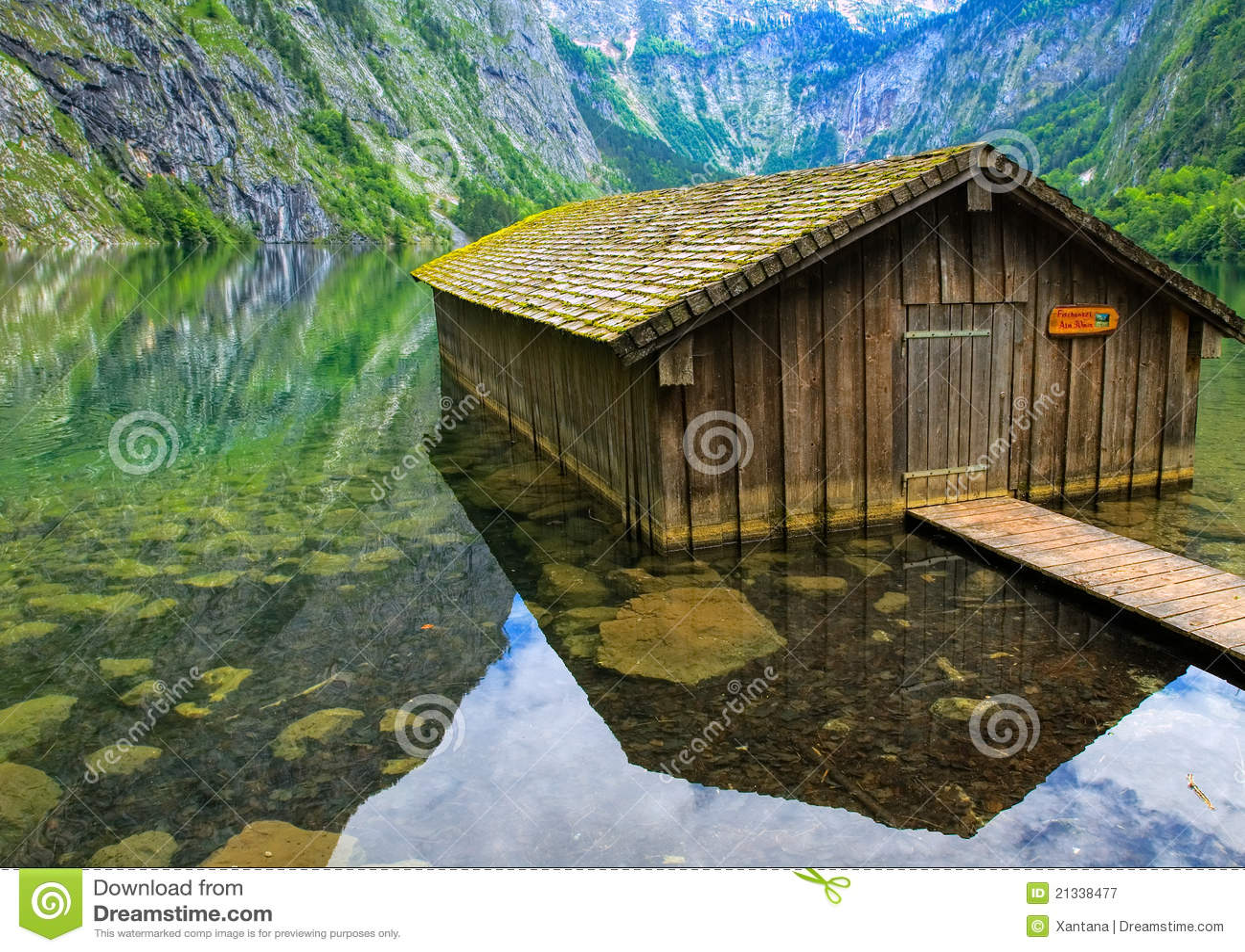 Casa del pescatore sul lago della montagna fotografia for Planimetrie della piccola casa sul lago