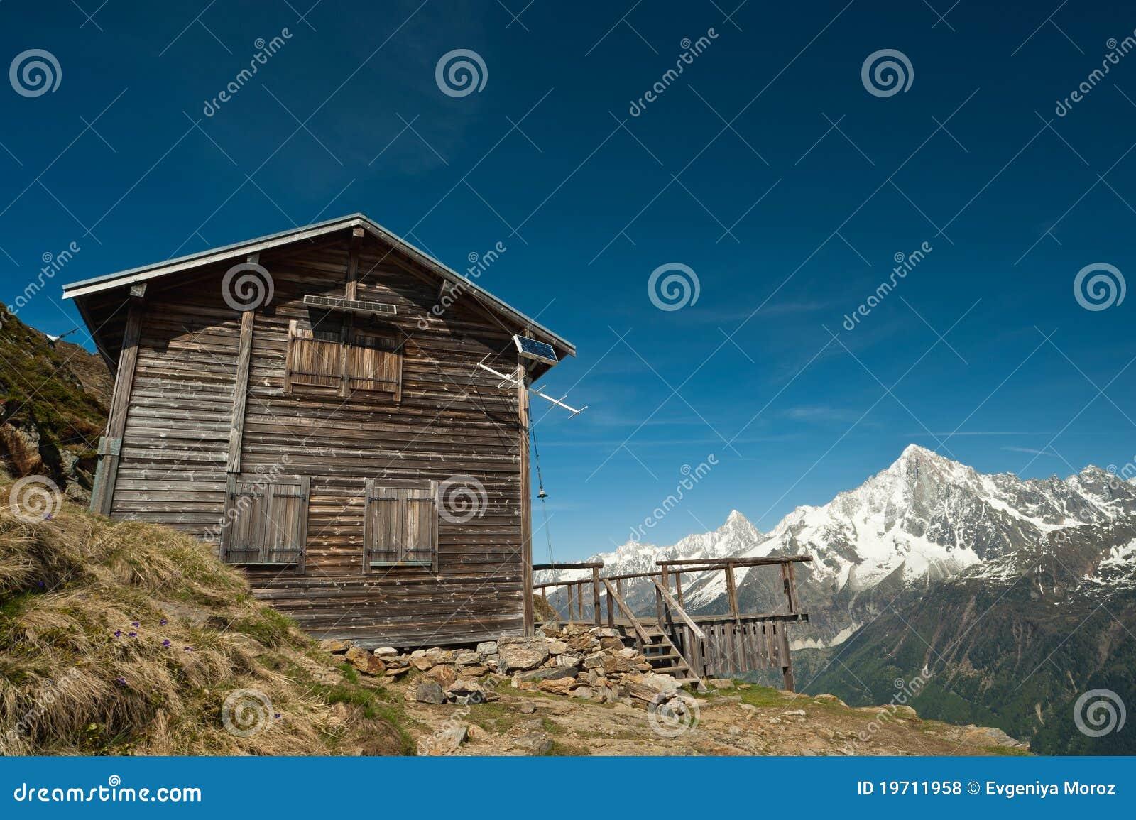 Casa del rifugio della montagna in alpi francesi for Planimetrie della casa di montagna