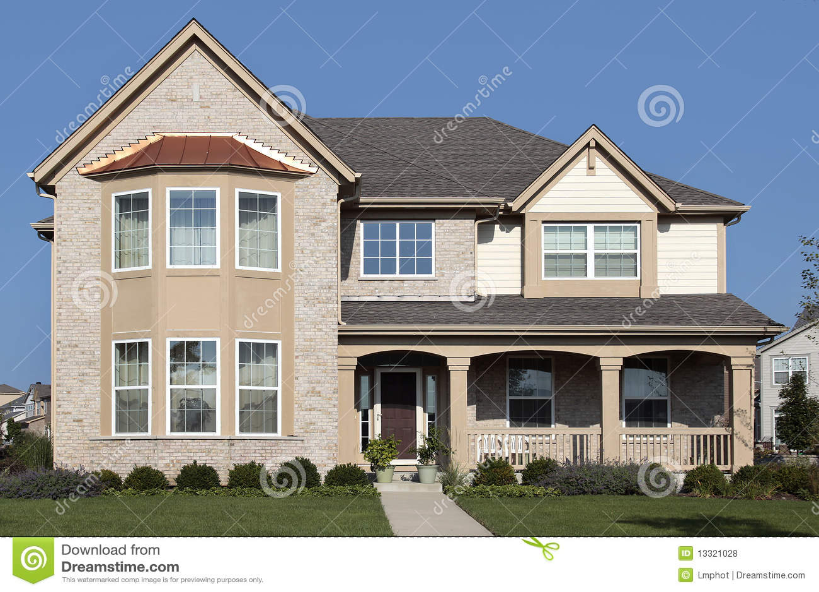 Casa del tan con il portico di fronte fotografie stock for Design del portico di casa