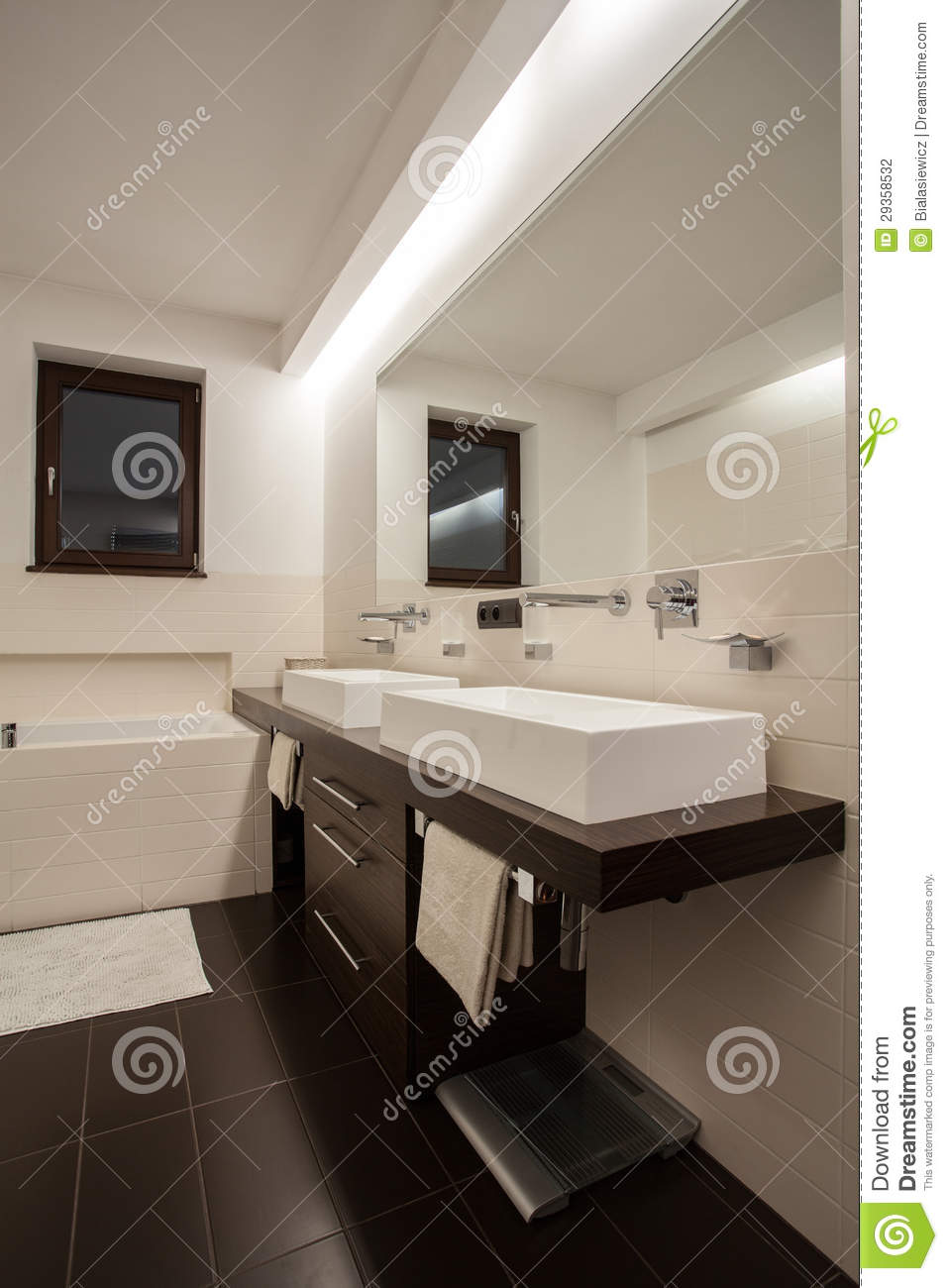 Casa del travertino bagno spazioso fotografia stock - Bagno travertino ...