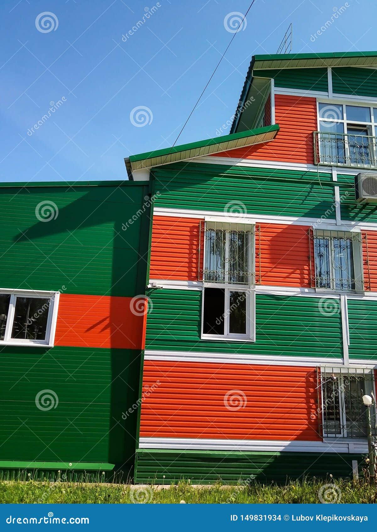 Casa della città del villaggio di raccordo colorato