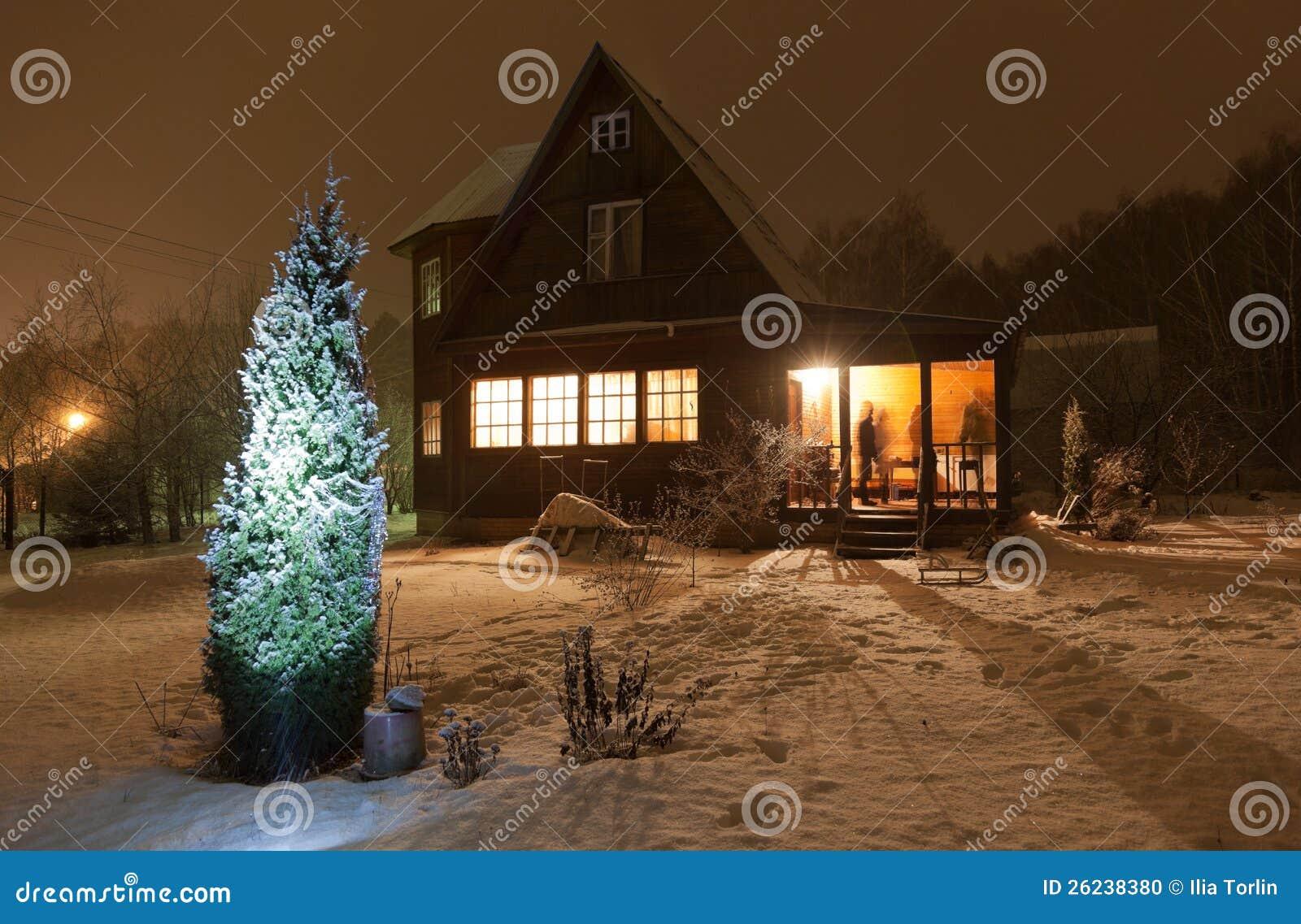 Della contea (dacia) ed albero di natale decorato. regione di mosca
