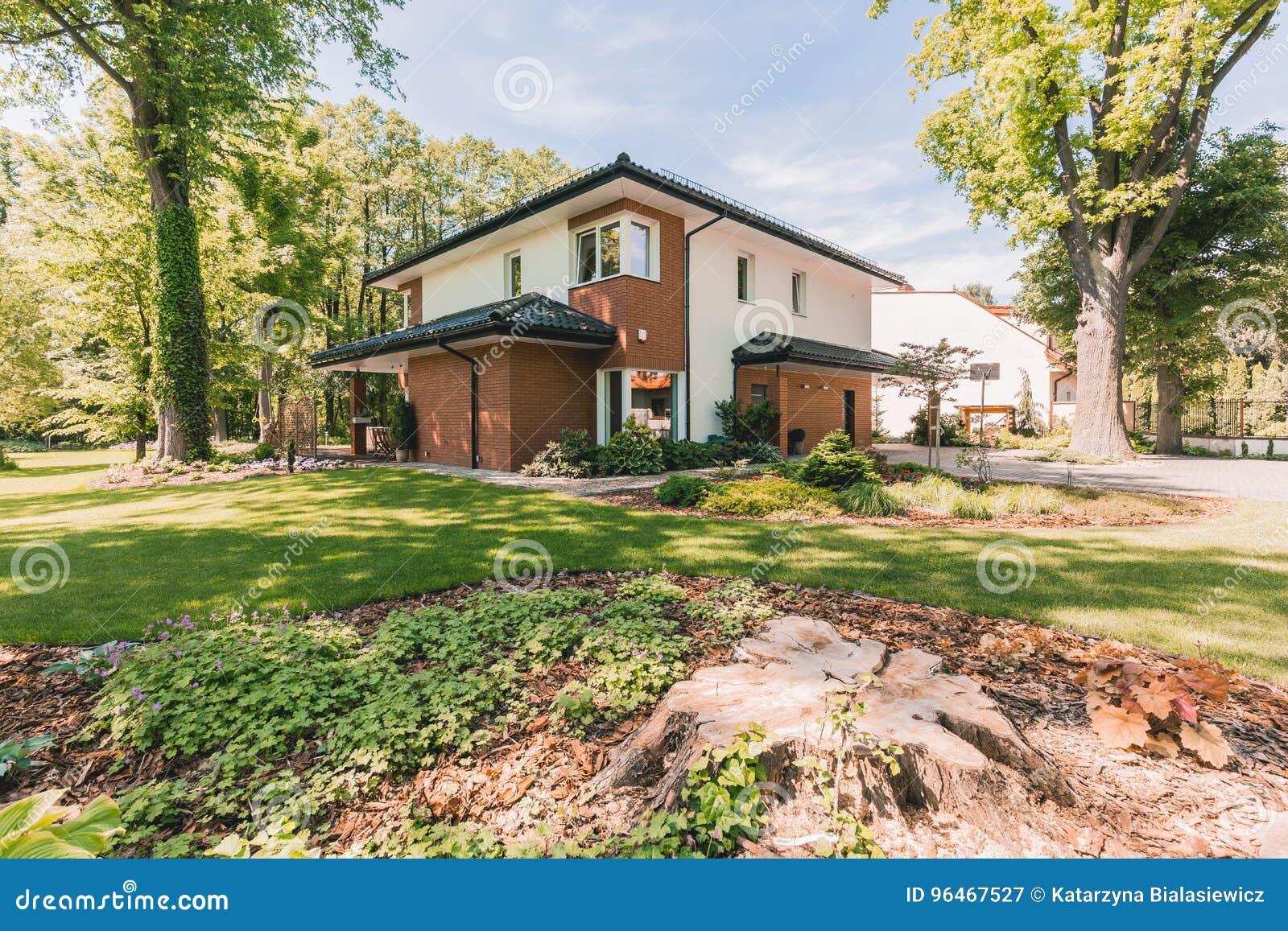 La Veranda Di Campagna casa della famiglia con la veranda soleggiata immagine stock