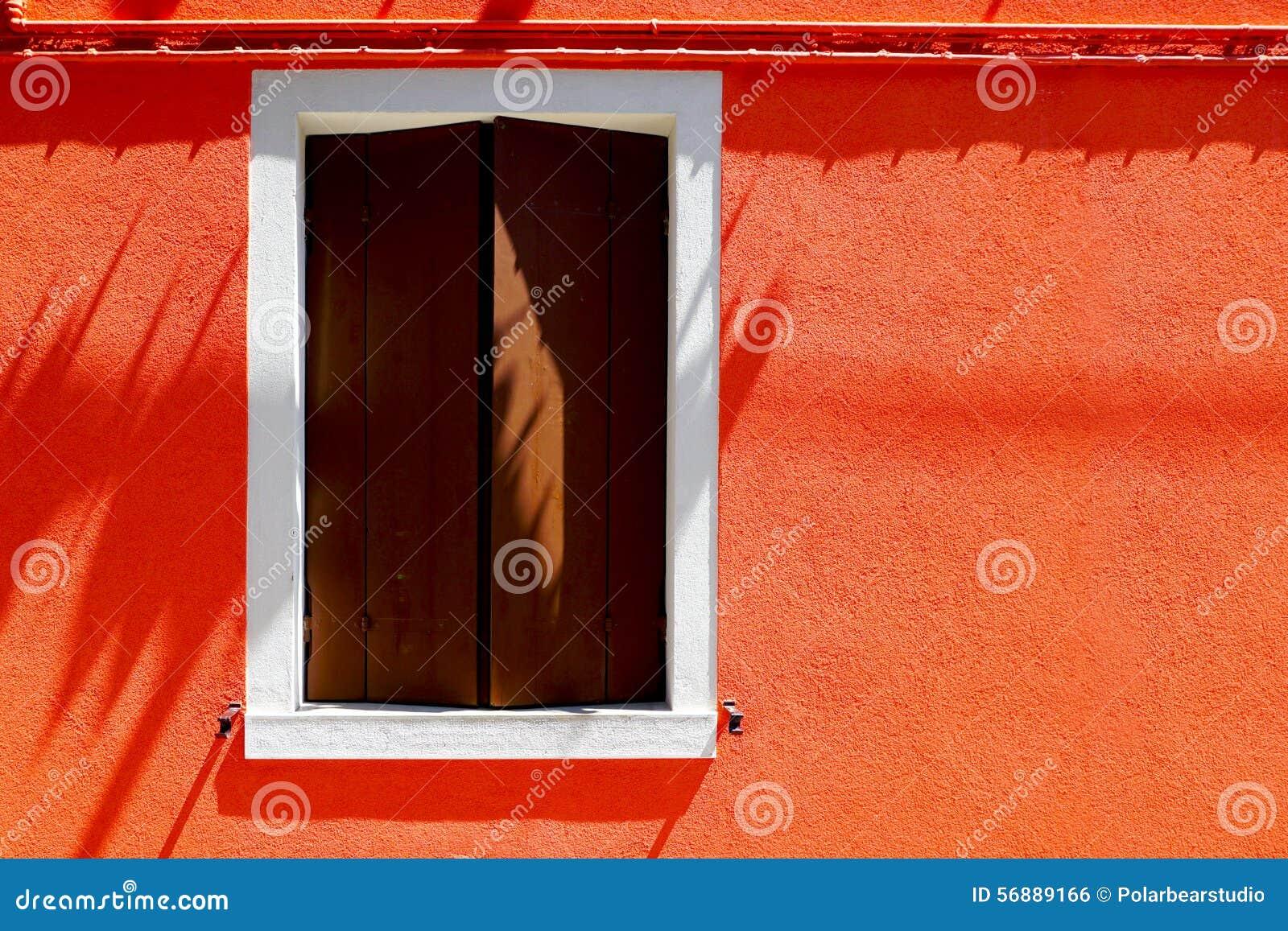 Casa della finestra sulla parete arancio di colore