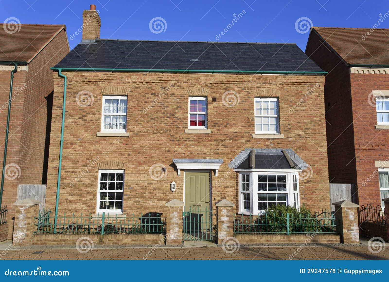 Download Casa Destacada Brandnew Com Porta Verde Foto de Stock - Imagem de arquitetura, carcaça: 29247578