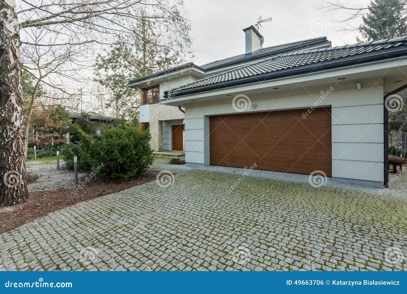 Casa destacada moderna com garagem