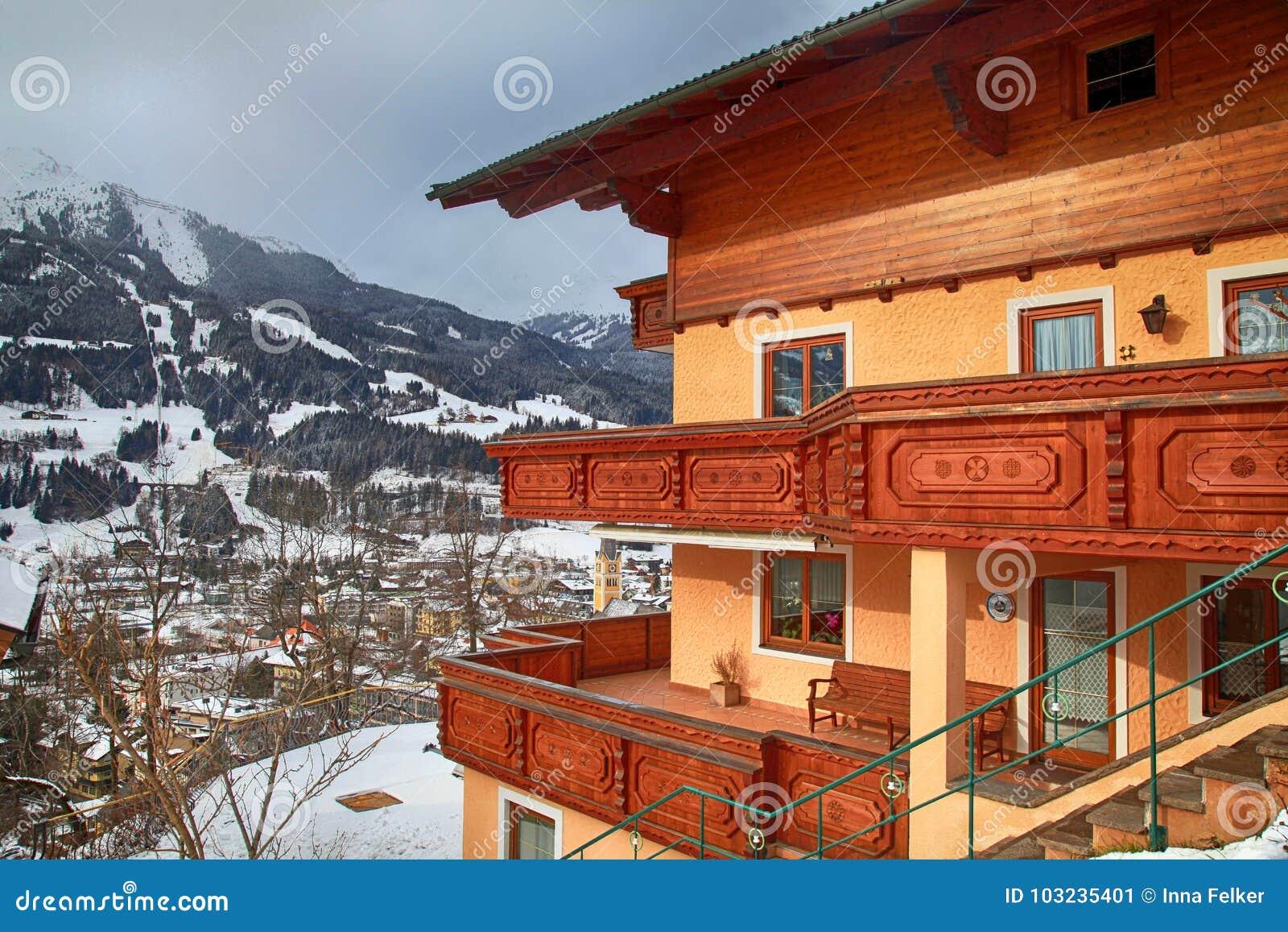 Case Di Montagna In Legno : Casa di alpin con il balcone di legno nel paesino di montagna di