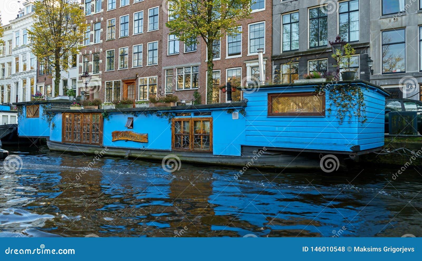 Casa di barca di galleggiamento tradizionale in canali di Amsterdam, Paesi Bassi, il 13 ottobre 2017
