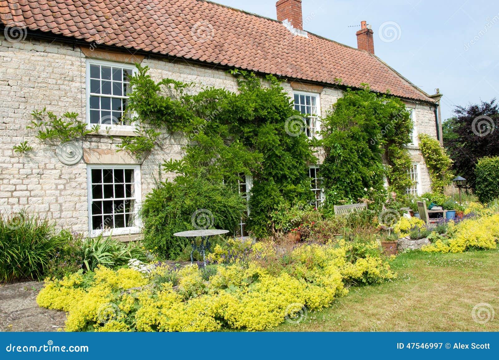 Casa di campagna con il giardino immagine stock immagine di vaschetta vecchio 47546997 - Giardino di campagna ...