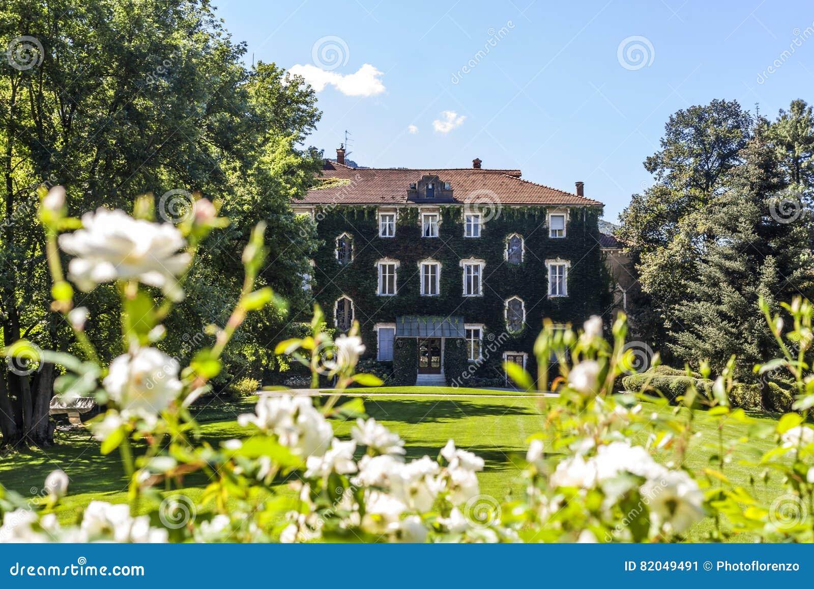 Facciata Casa Di Campagna casa di campagna con la facciata invasa in giardino con i