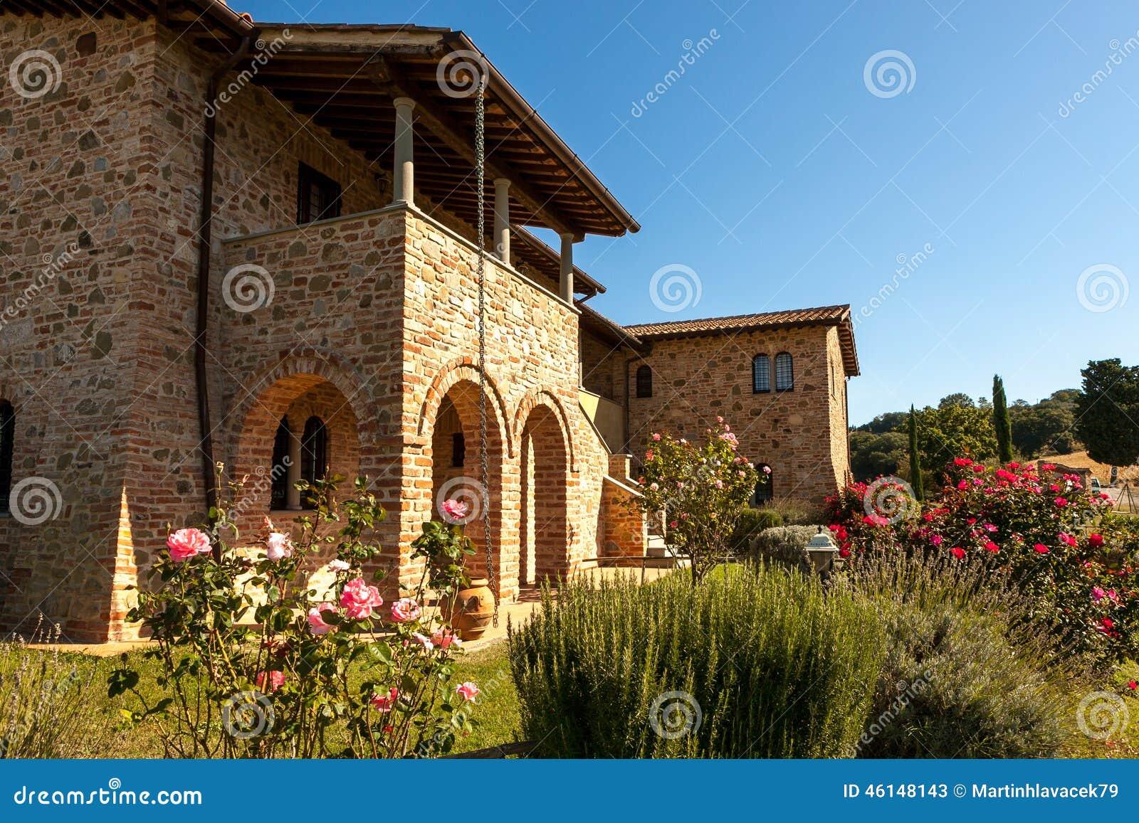 Casa di countra del muro di mattoni della Toscana, villa con il ...