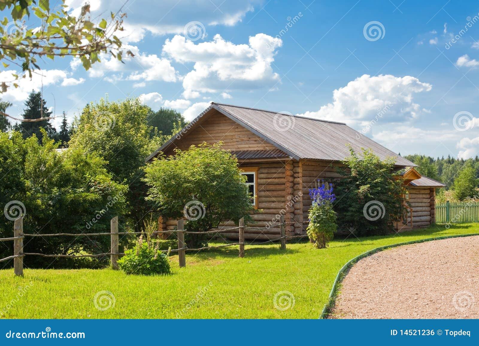 Casa di campagna di legno fotografia stock immagine di for Casa giardino