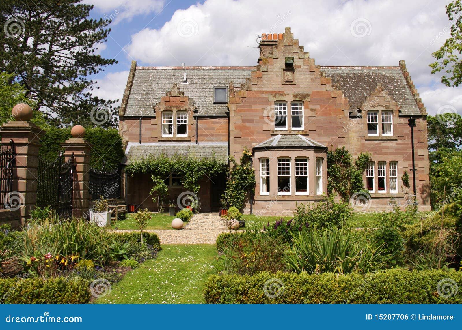 Casa di campagna e giardini idillici immagine stock libera for Architettura della casa di campagna