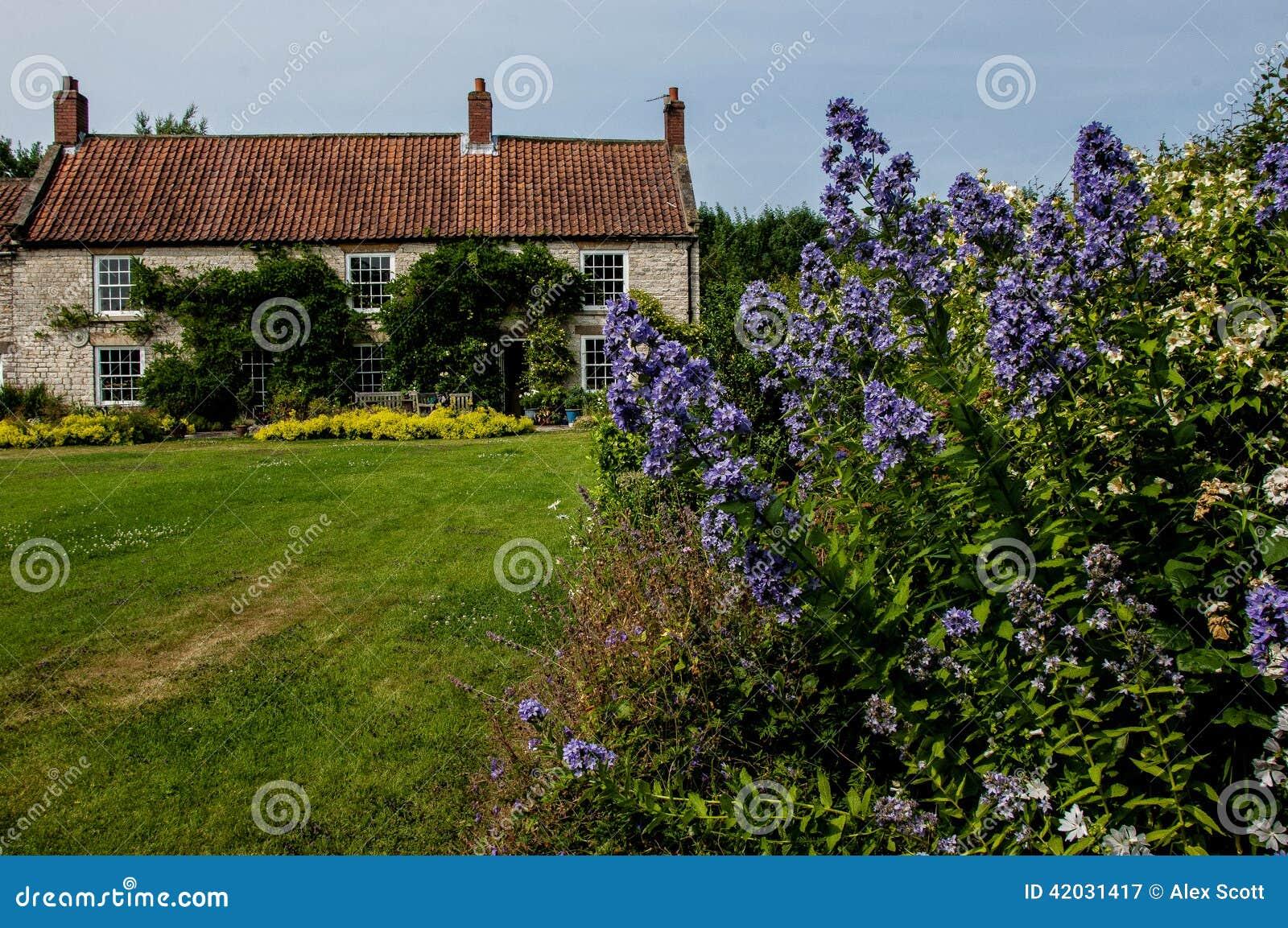 Casa di campagna e giardino