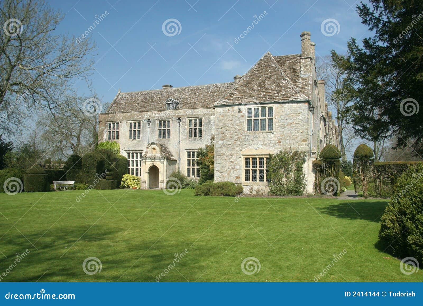 Datazione inglese della casa di campagna di Tudor di nuovo al ...