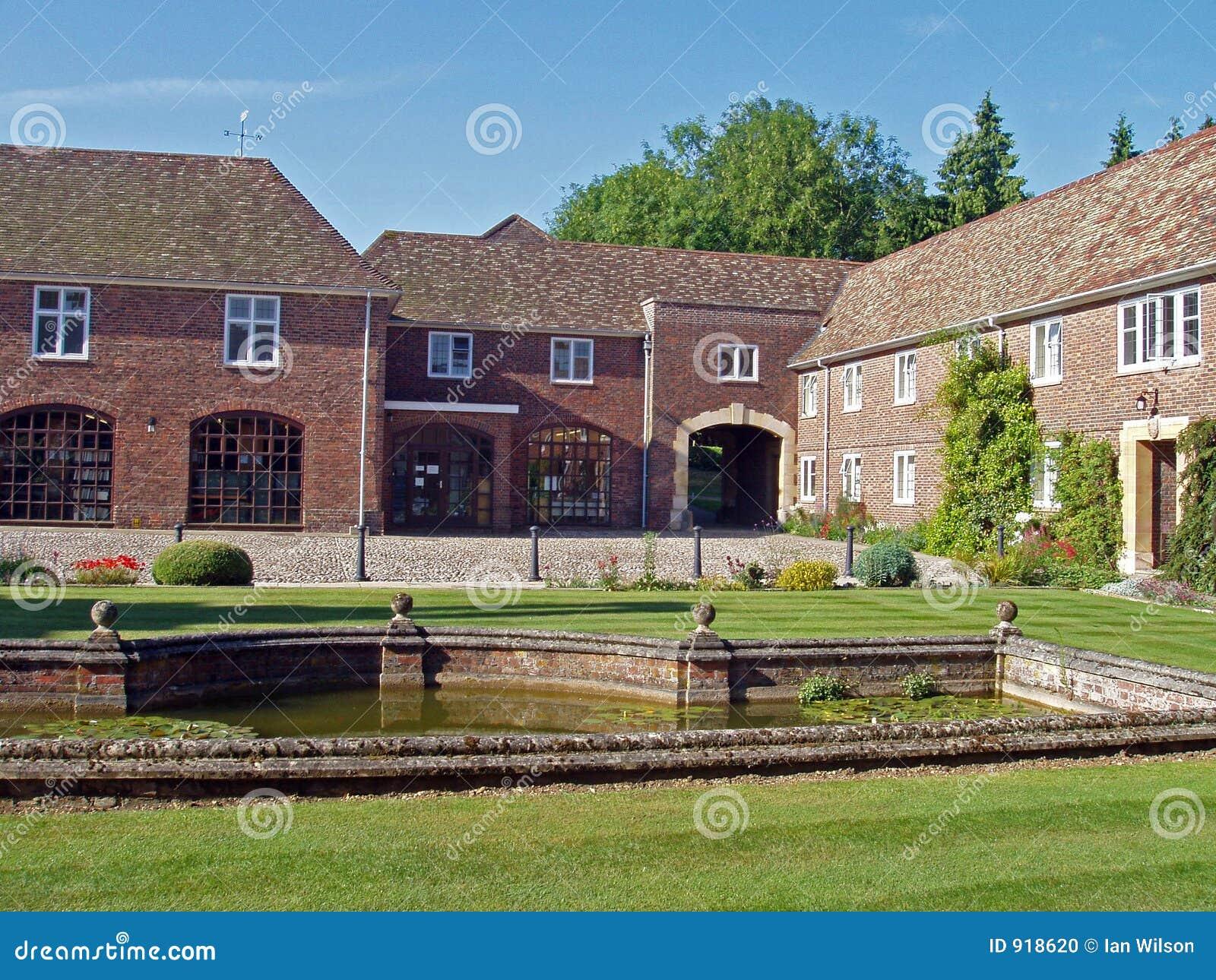 Il cortile di una casa di campagna inglese tipica.