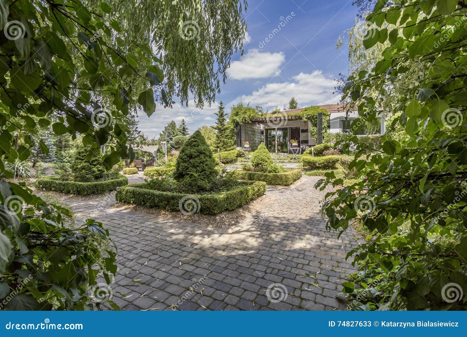 Casa di campagna moderna con il vasto cortile cobbled for Casa moderna in campagna