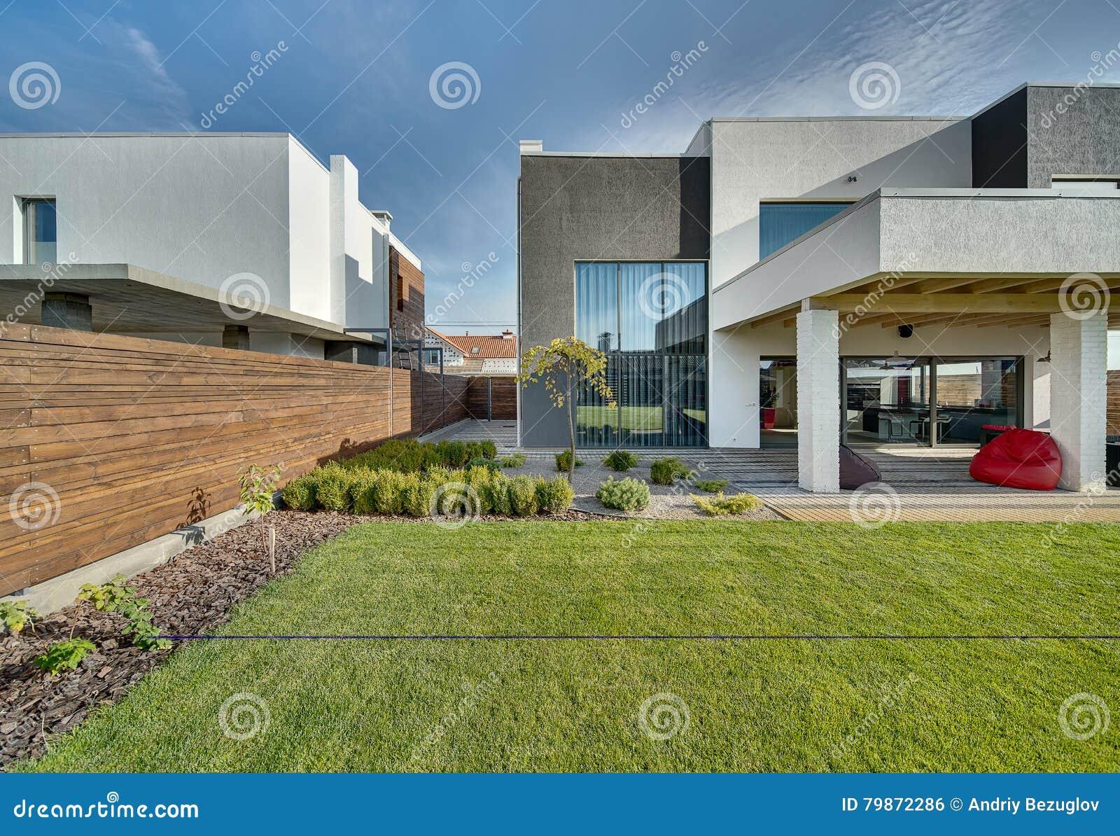 Casa di campagna nello stile moderno fotografia stock for Casa stile moderno