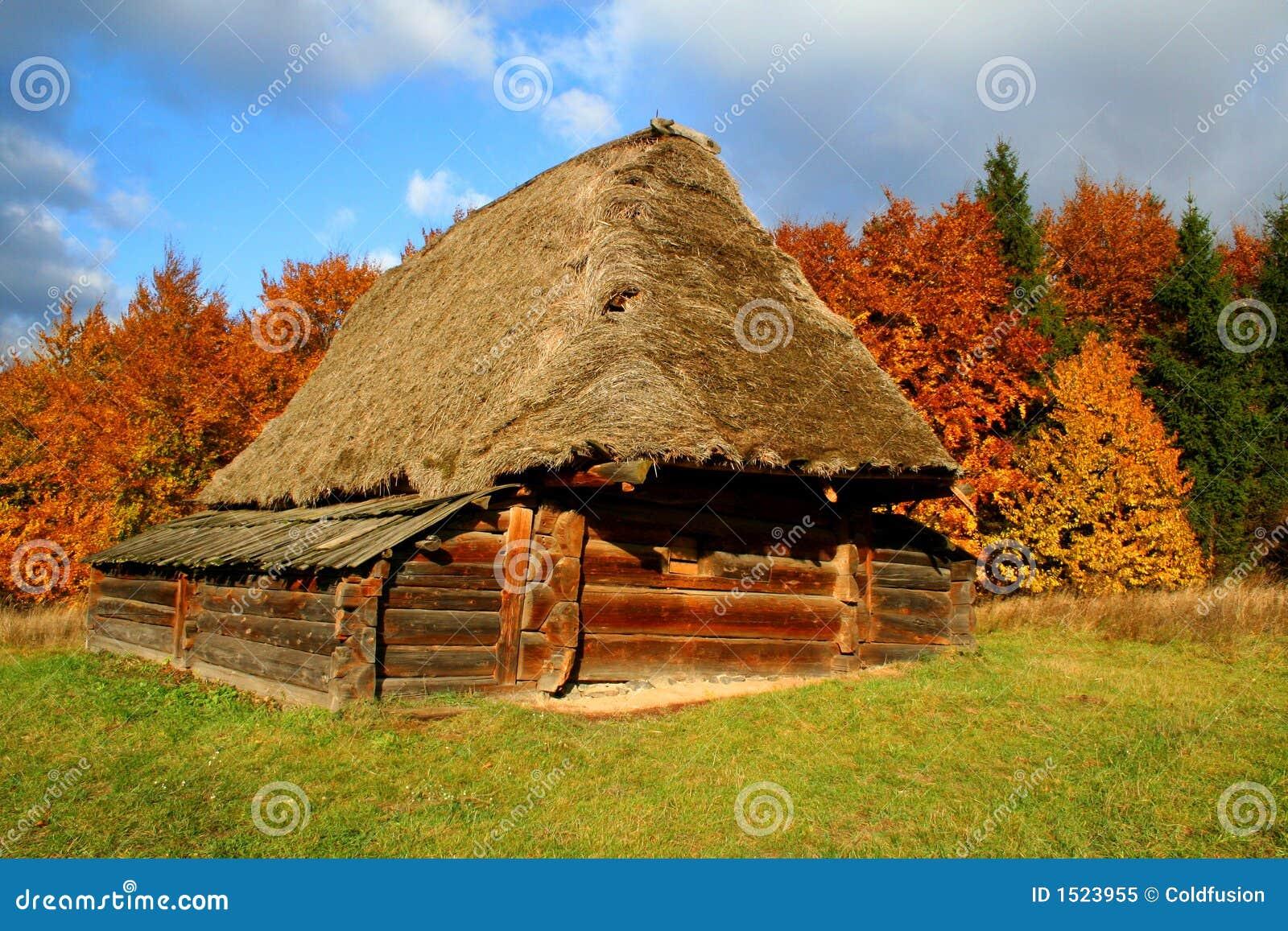 Casa di campagna paesaggio di autunno fotografia stock for Case di tronchi di campagna