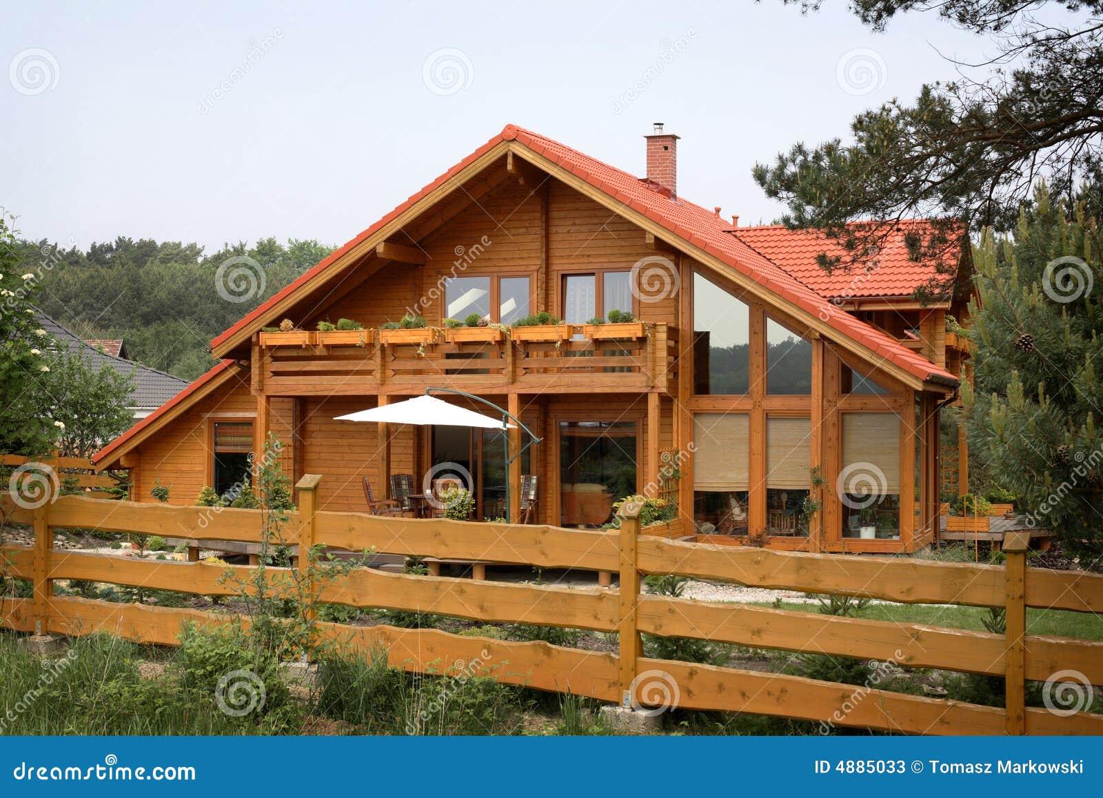 ... di legno nella priorità alta una grande casa rustica in una