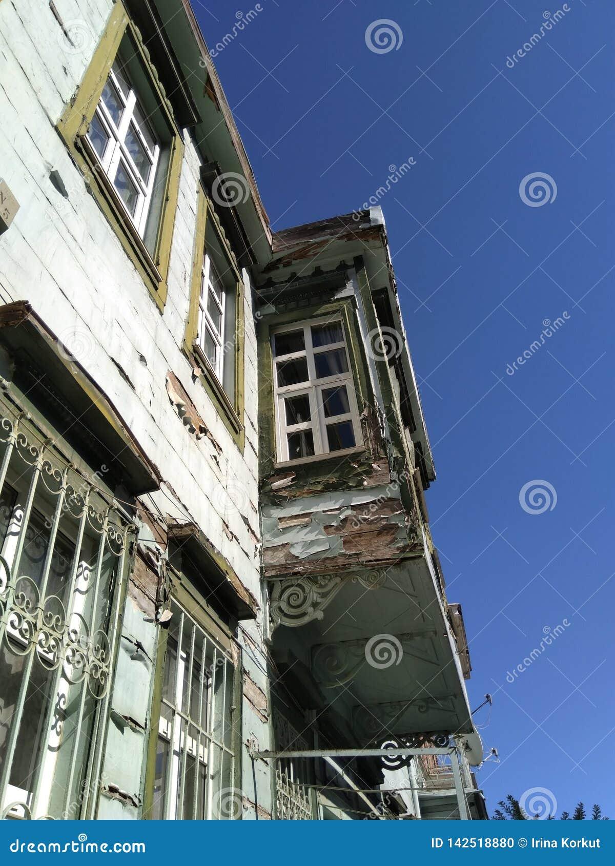 Casa di due piani molto vecchia con il balcone