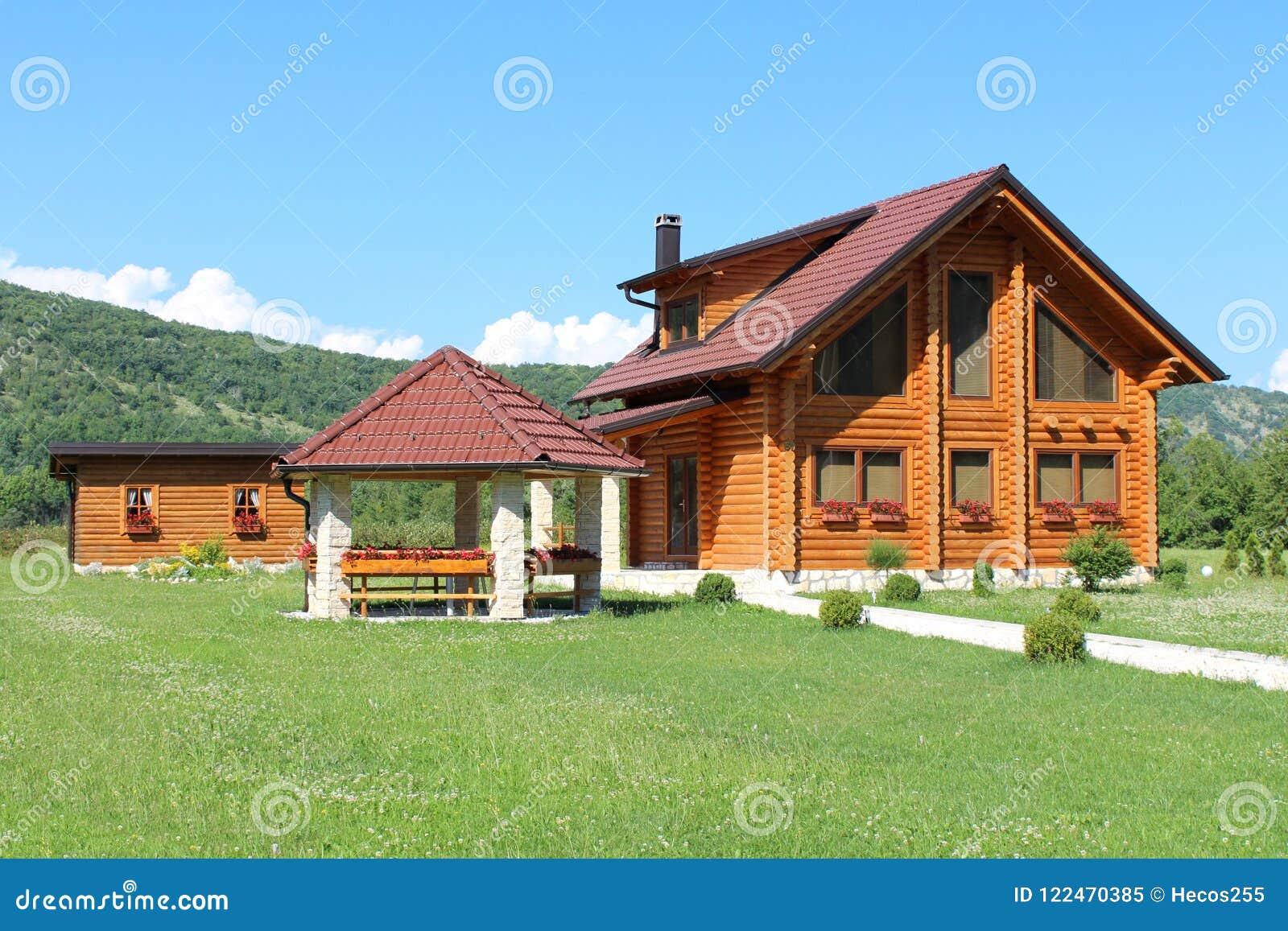 Case Di Pietra E Legno : Casa di legno della cabina di ceppo con il gazebo di pietra e