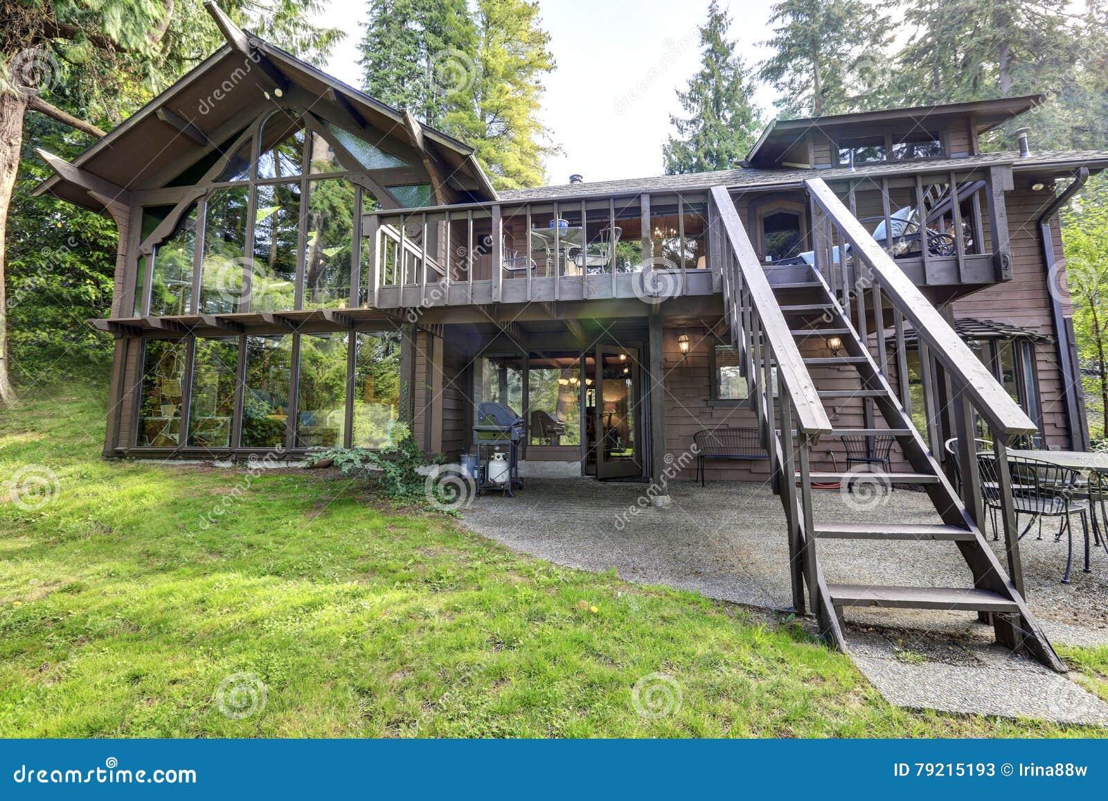 Casa di legno della campagna moderna con le grandi for Casa moderna in campagna