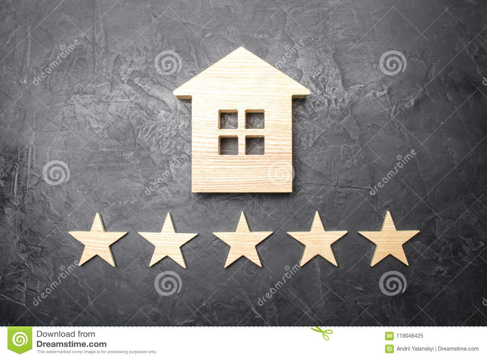 Casa di legno e cinque stelle su un fondo grigio Valutazione delle case e della proprietà privata Comprando e vendendo, affittant