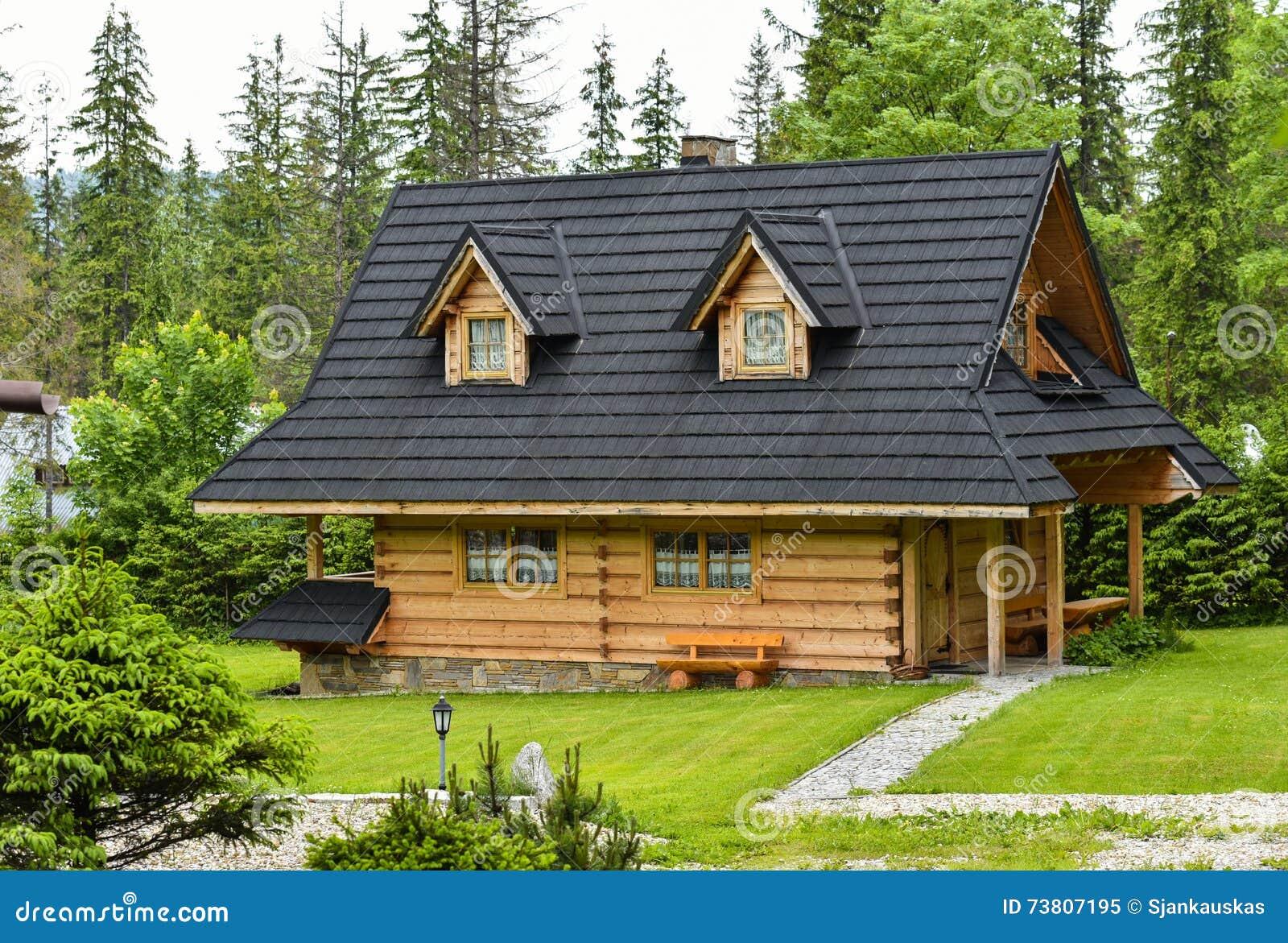 Casa di legno in montagne di zakopane tatra immagine stock for Case in legno in polonia