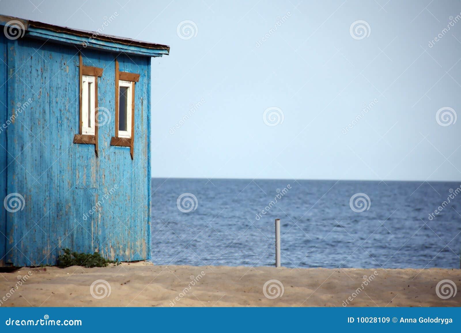 Casa di legno sulla spiaggia immagini stock libere da for Disegni moderni della casa sulla spiaggia