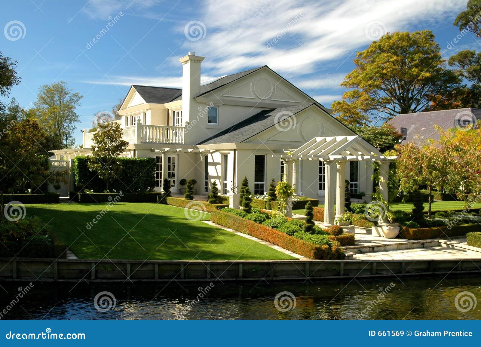 Casa di lusso immagine stock. Immagine di ricco, riflessione - 661569