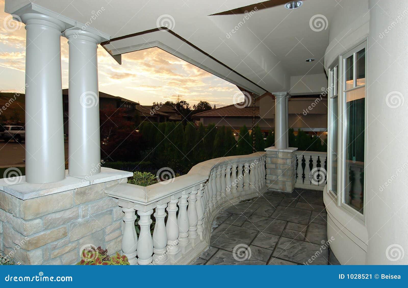 Casa Di Lusso Al Crepuscolo Immagine Stock - Immagine: 1028521
