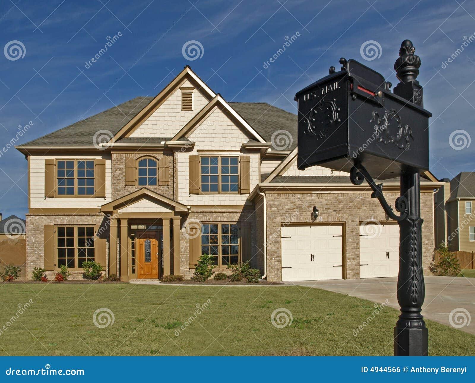 Casa di lusso con la cassetta postale fotografia stock - Biancheria di lusso per la casa ...