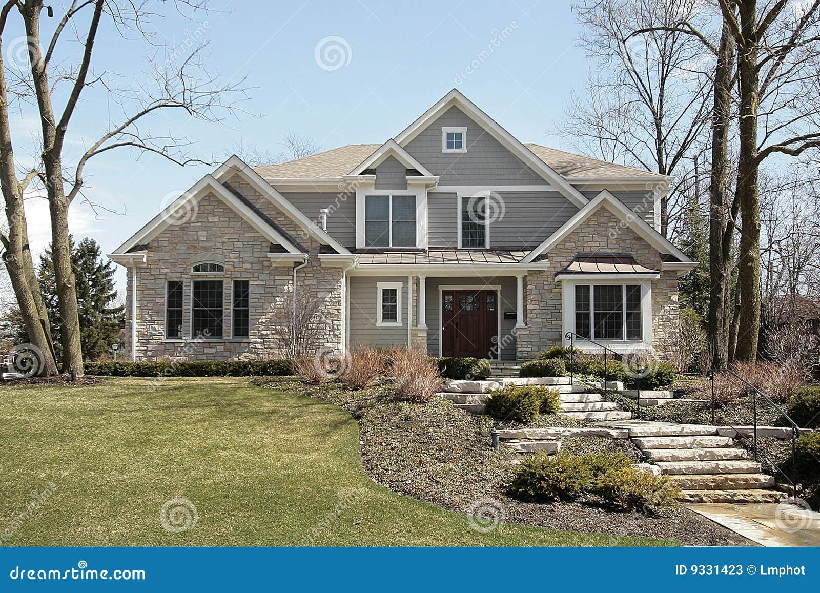 casa di lusso con la facciata di pietra immagine stock