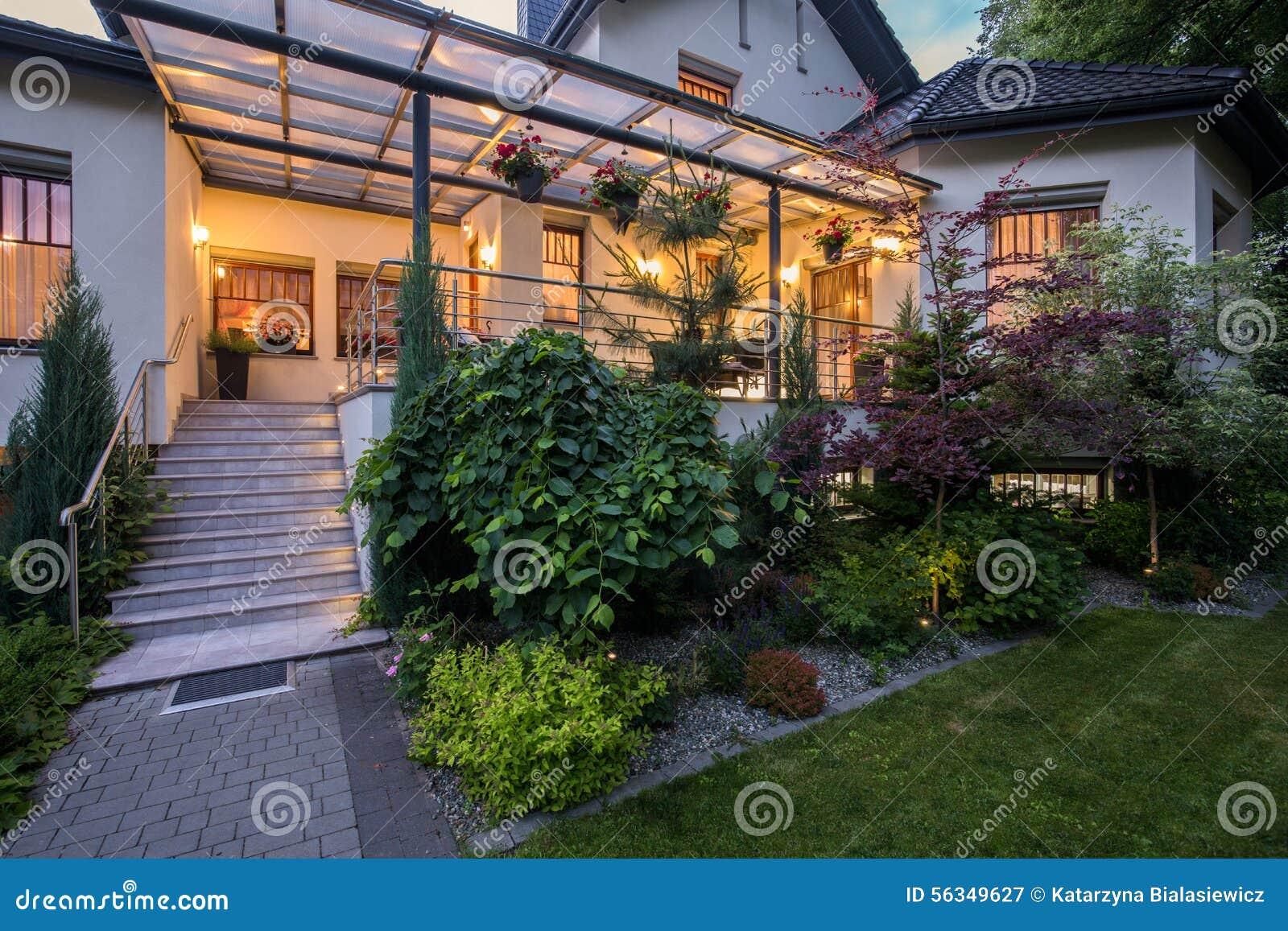 Casa Di Lusso Con La Veranda Fotografia Stock - Immagine: 56349627