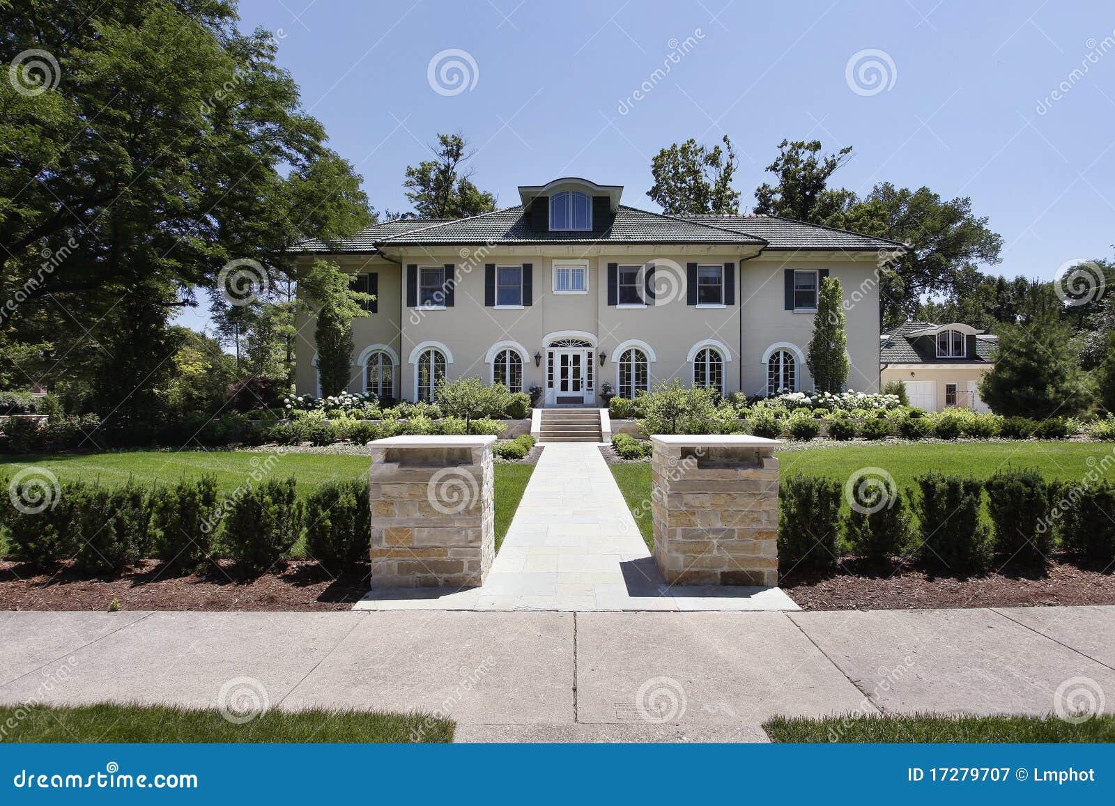 Casa di lusso con le colonne di pietra immagine stock for Casa di lusso