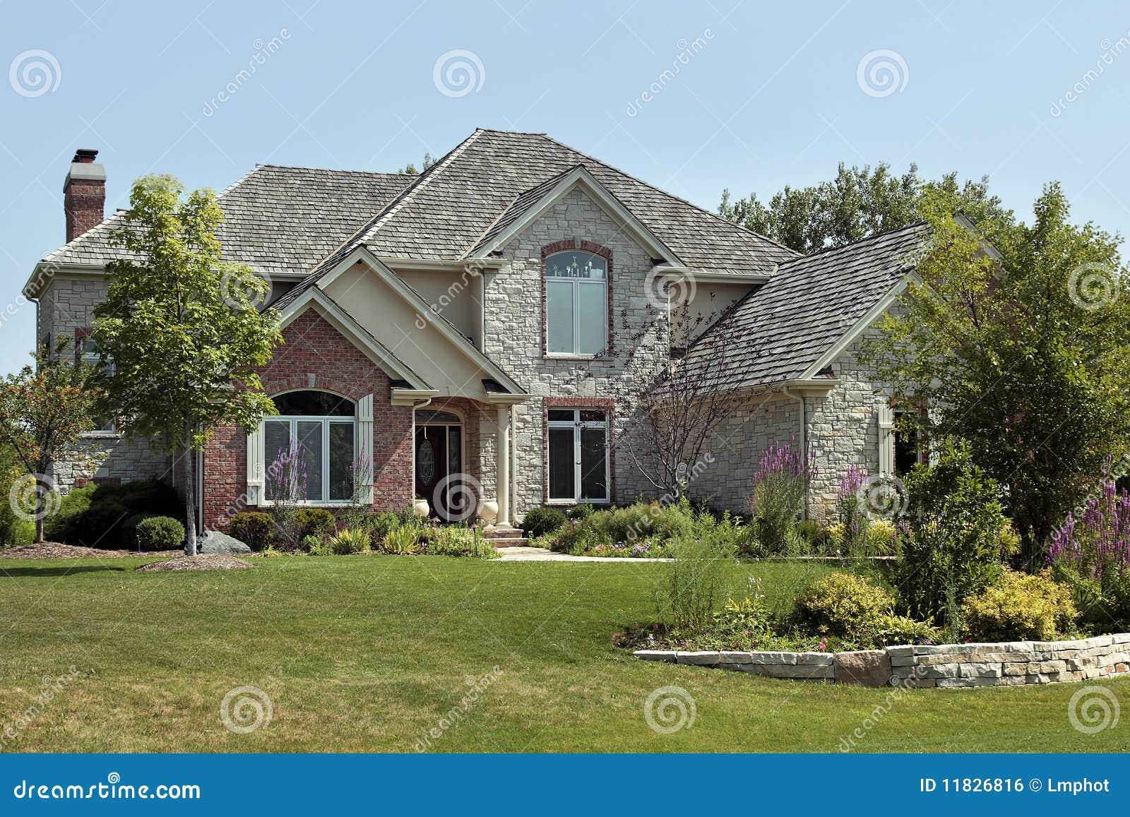 Casa di lusso del mattone con il terrazzo di pietra for Case di lusso