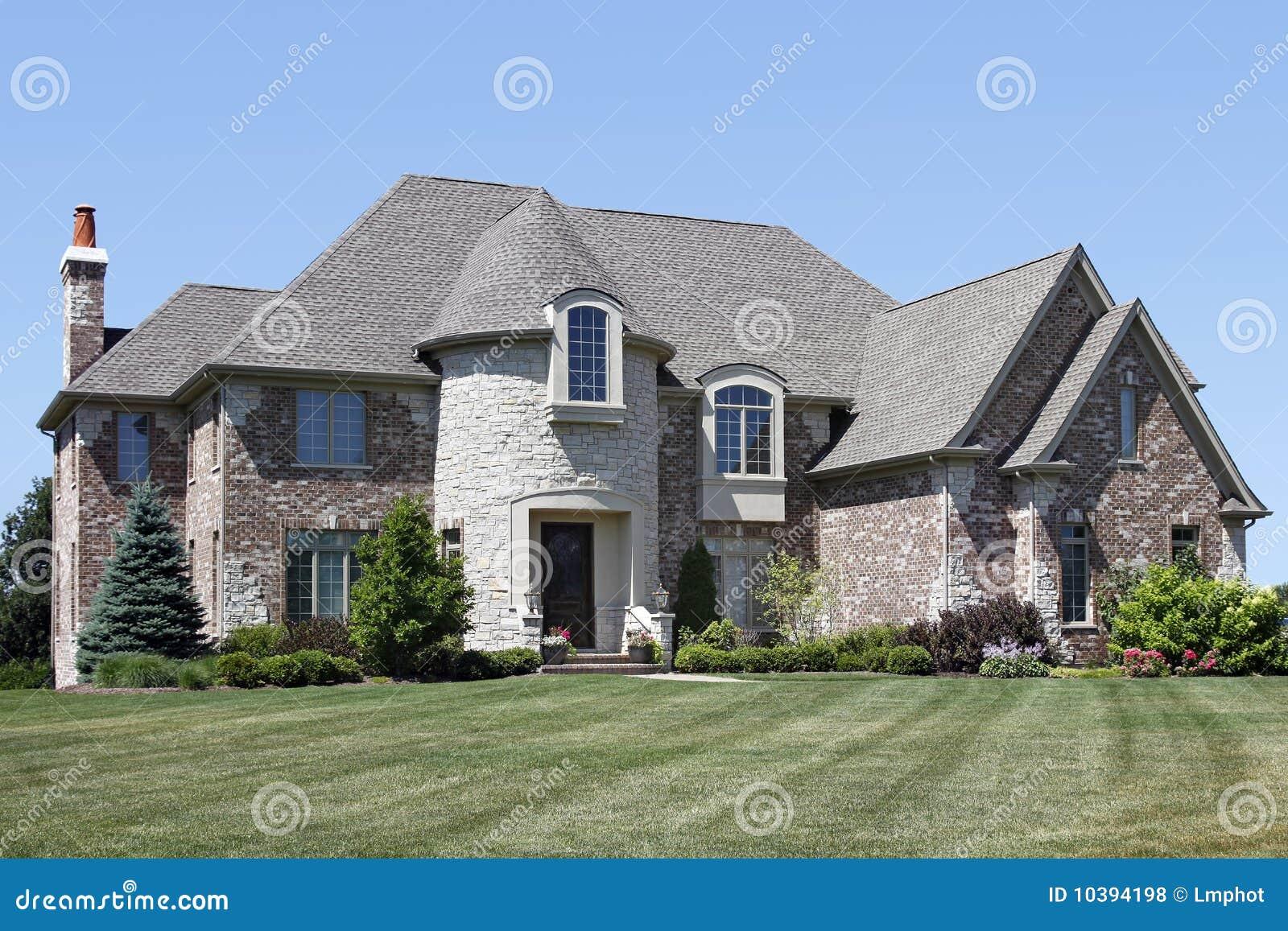 Casa di lusso del mattone con la torretta fotografia stock for Costo del mattone da costruire