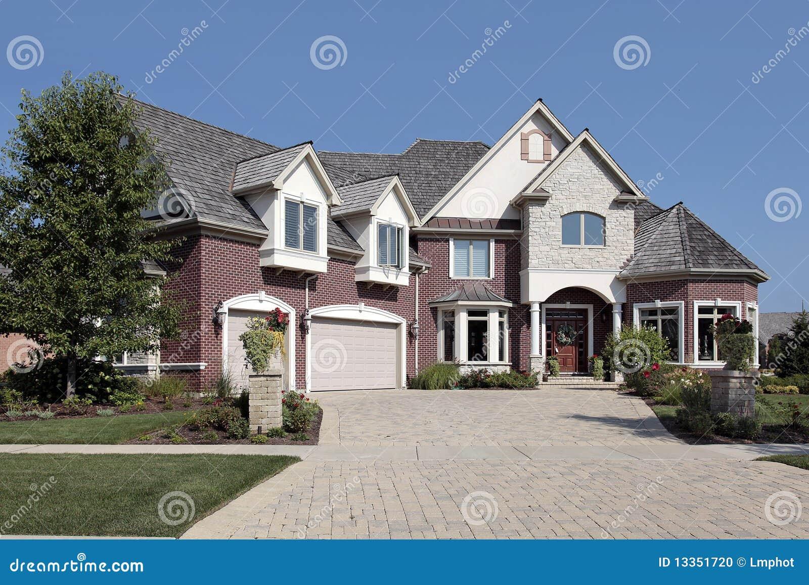 Casa di lusso del mattone con le colonne di pietra for Casa lusso