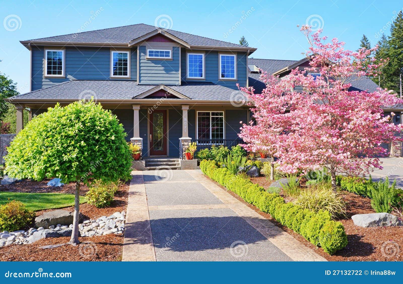 Casa di lusso grigia con gli alberi di colore rosa della for Casa di lusso