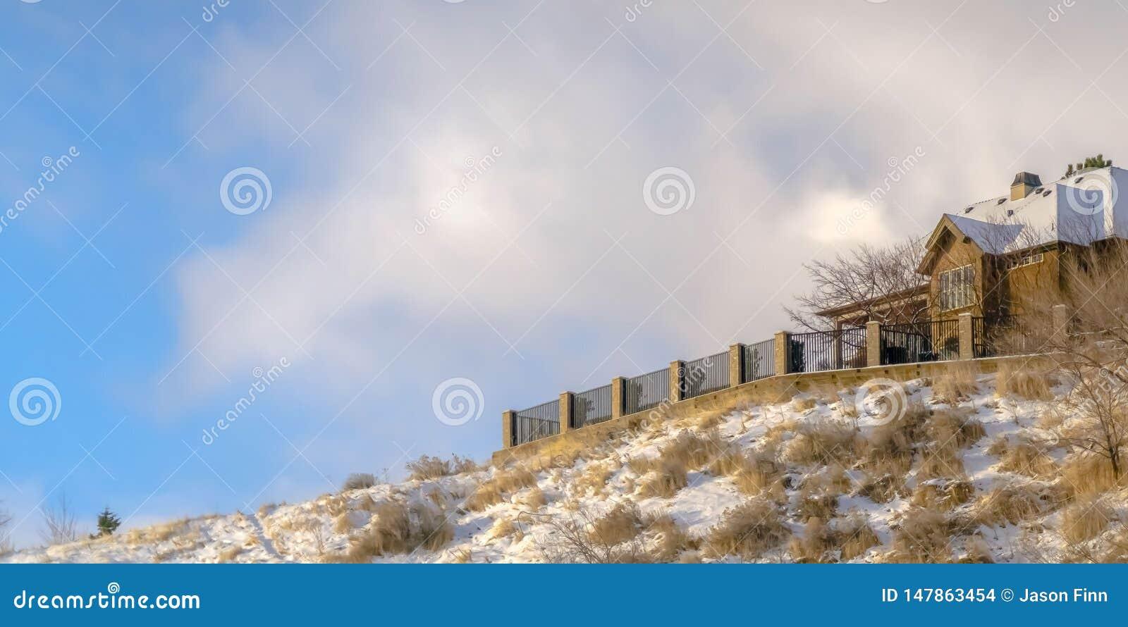 Casa di panorama su una collina nevosa a Salt Lake City contro il cielo