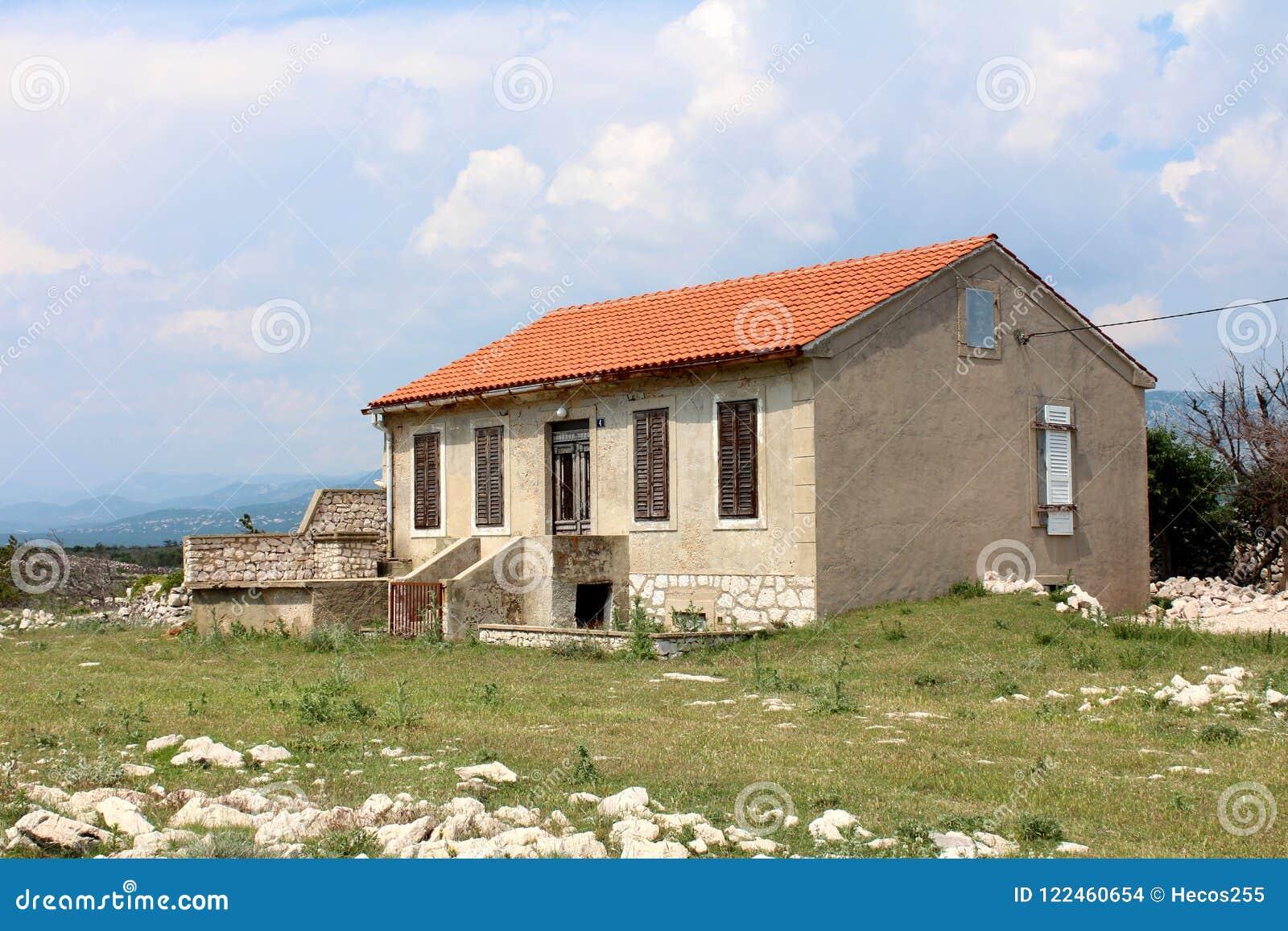 Case Di Pietra E Legno : Casa di pietra abbandonata con i ciechi e la porta di legno rotti
