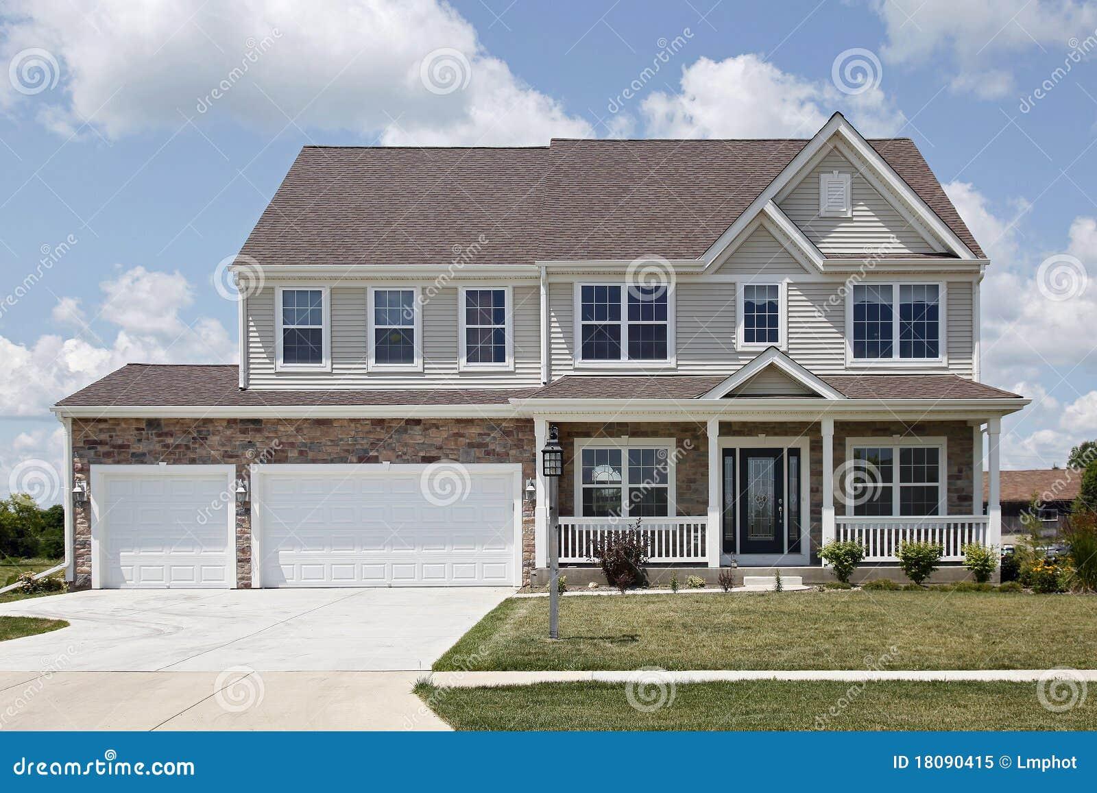 Casa di pietra con il portico di fronte immagine stock for Piani casa due storia avvolgente portico